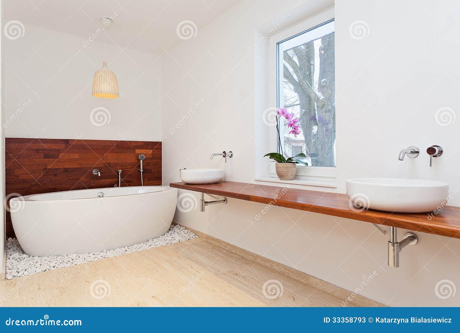Banheiro exótico espaçoso brilhante com janela grande. #9D572E 1300x957 Banheiro Com Janela Grande