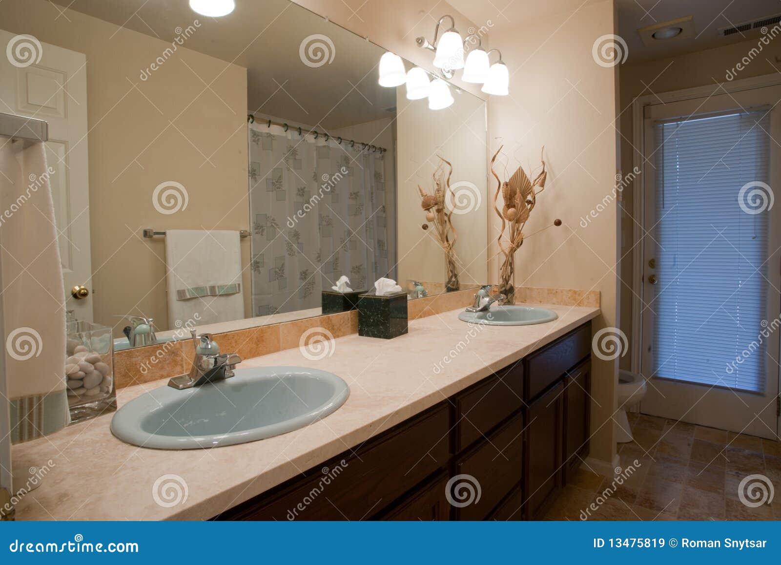 Imagens de Stock Royalty Free: Banheiro luxuoso com grande espelho #90633B 1300 957