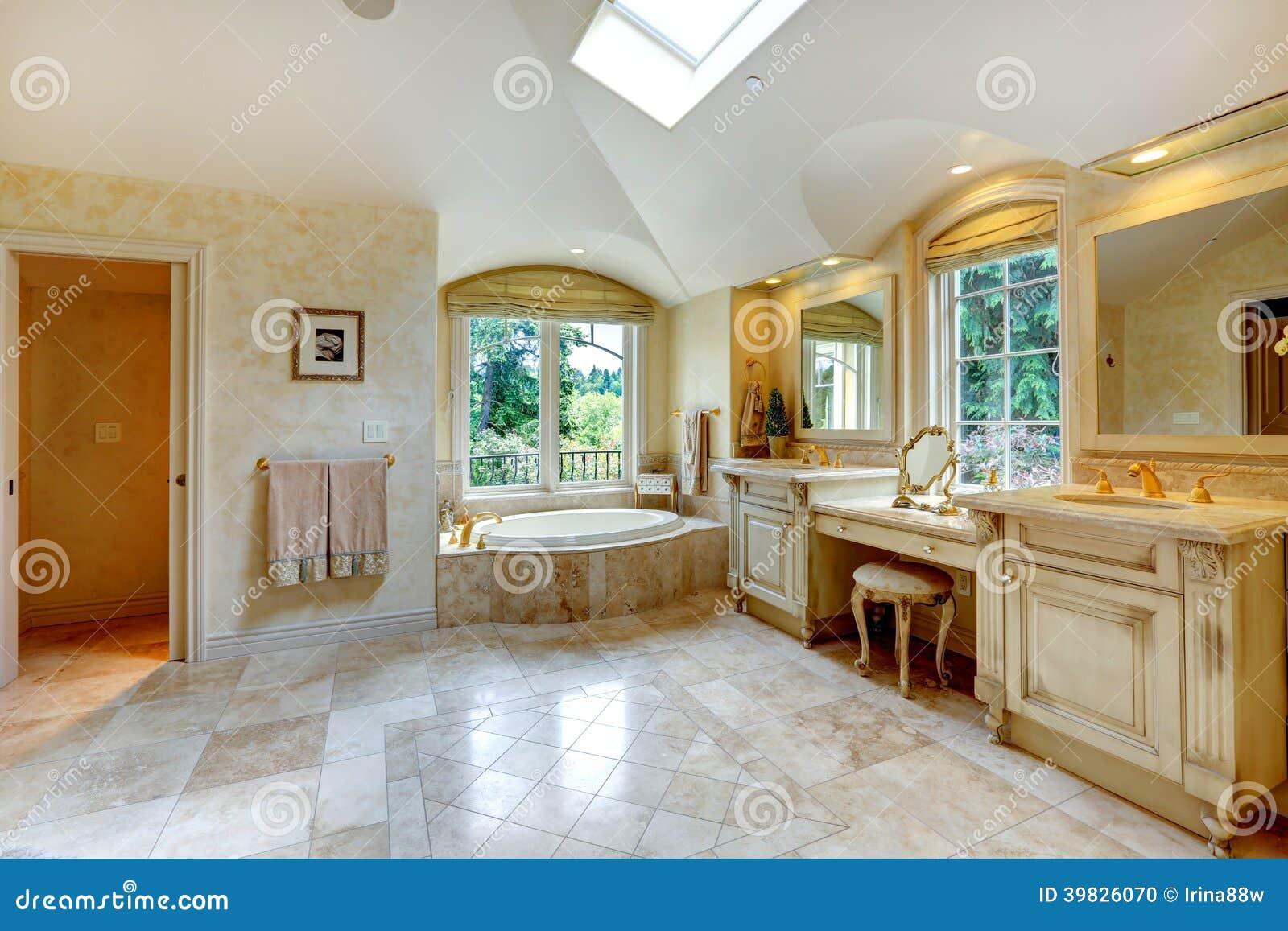 da vaidade velha antiga com armários e banheira com janela do arco #7B430C 1300x957 Banheiro Com Banheira Antiga