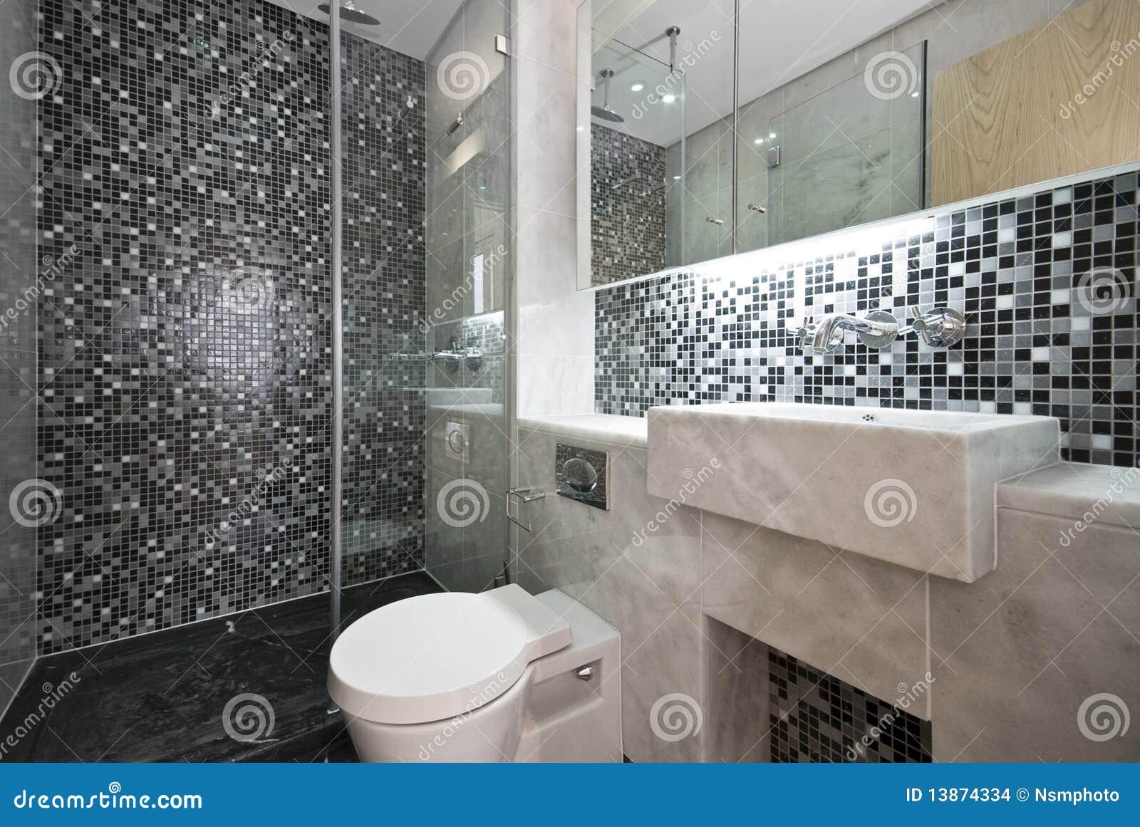 banheiro moderno em preto e branco com mosaico telhou paredes e a  #746657 1300x960 Banheiro Branco Preto E Cinza
