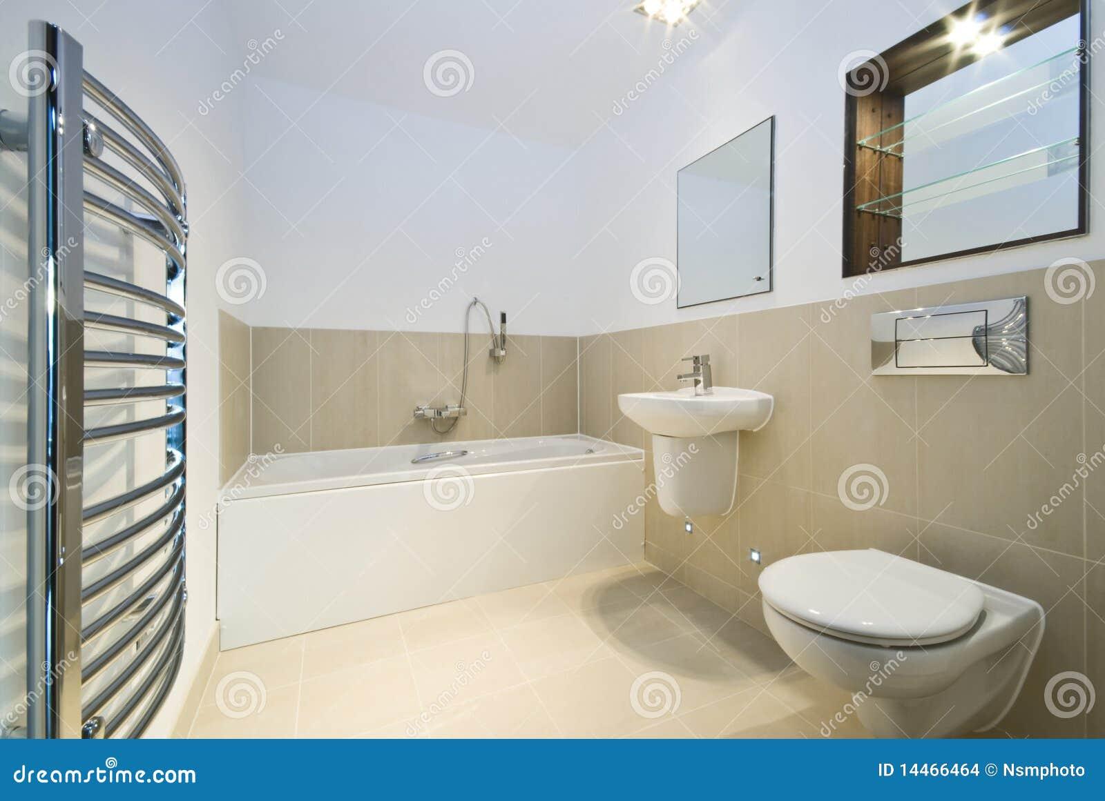Download Banheiro Moderno Com As Paredes Telhadas Bege Foto De Stock    Imagem De Espelho,