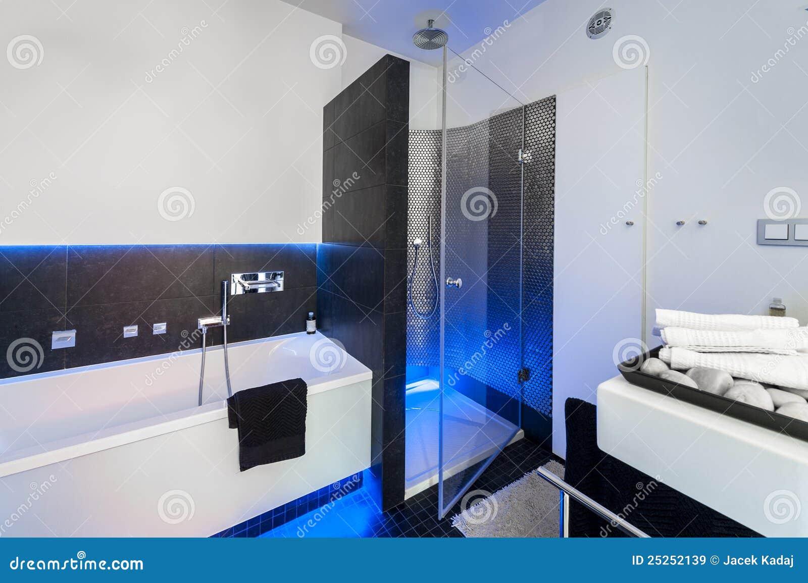 Banheiro preto e branco moderno com chuveiro e banho. #0A46C1 1300x955 Banheiro Branco Moderno