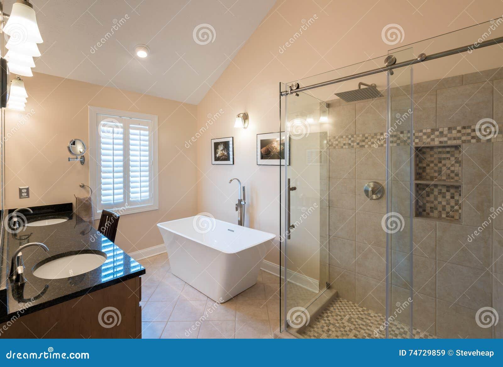 Banheiro Moderno Com Cuba Autônoma E Vaidade Foto de Stock Imagem  #82A328 1300 966