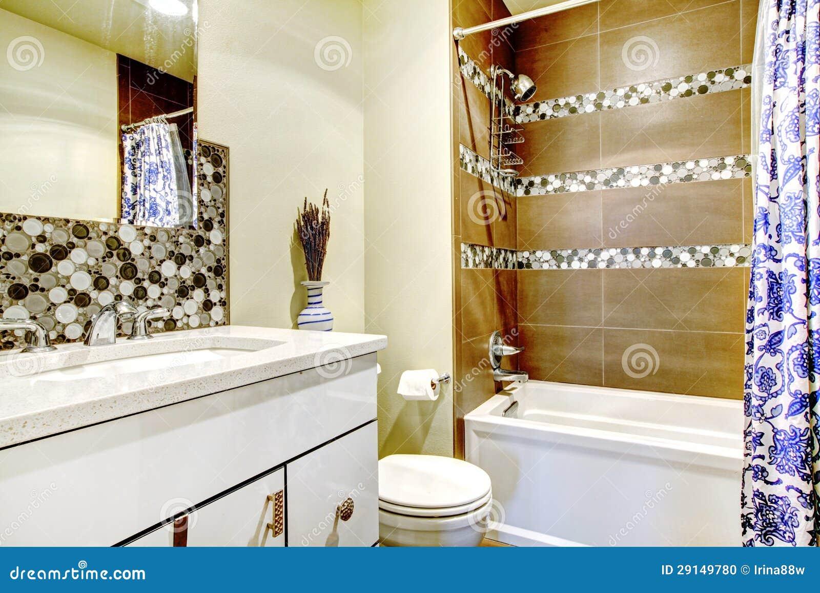 Banheiro moderno com o gabinete interior e branco marrom e azul. #6E3B16 1300x957 Banheiro Azul Escuro E Branco