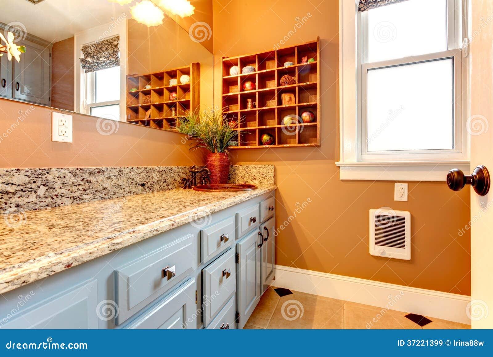 Banheiro Moderno Com Prateleiras De Madeira E O Torneira Rústico Do Ferro Ima -> Banheiro Moderno E Rustico