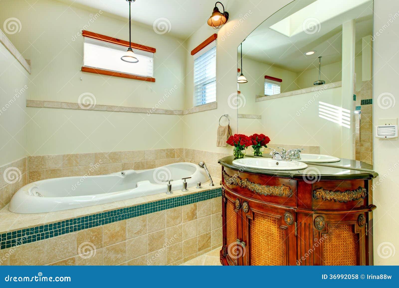 Banheiro Moderno Elegante Com Um Armário De Armazenamento De Madeira Antigo F -> Banheiro Moderno Madeira