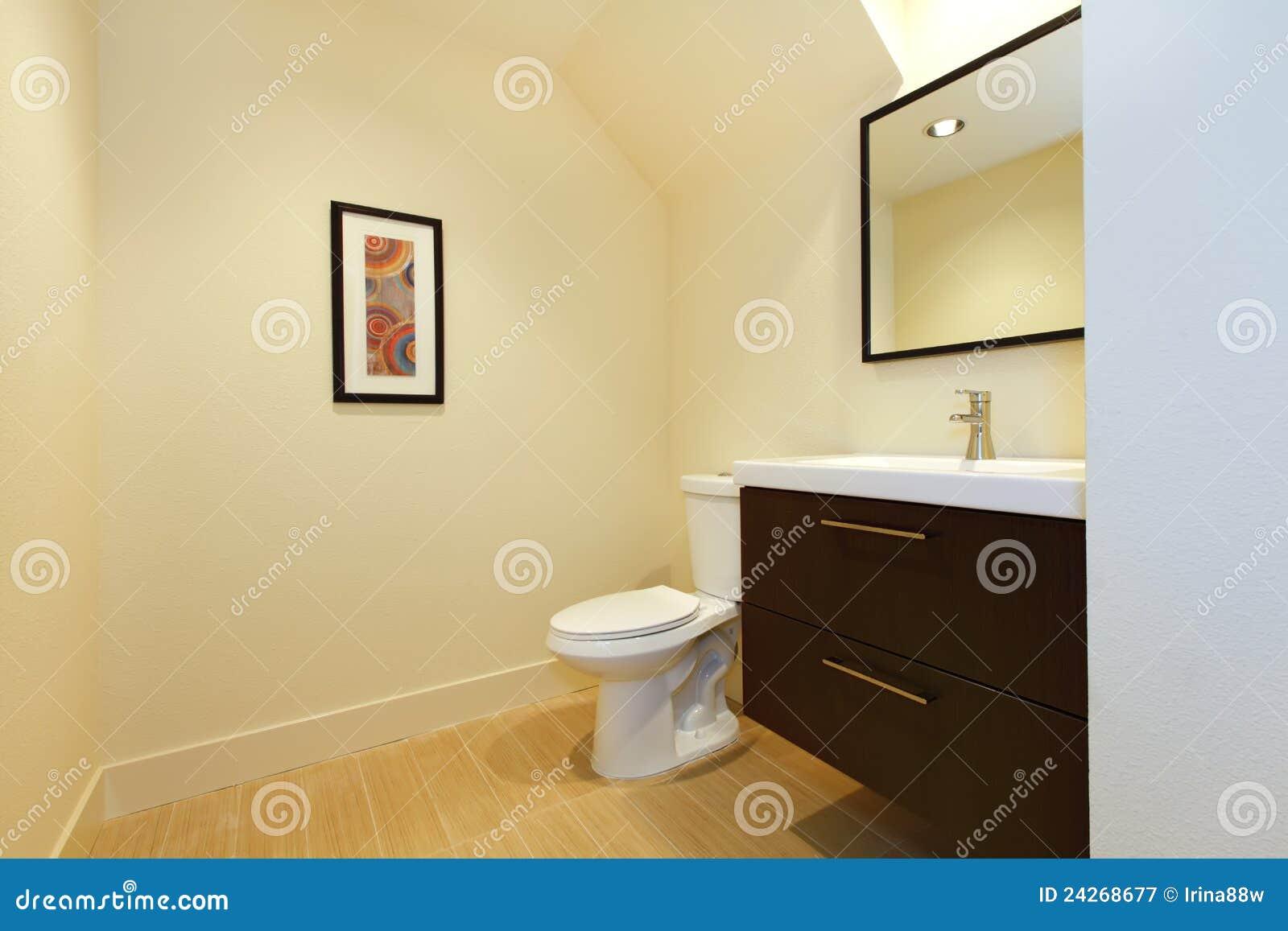 Banheiro moderno novo simples com gabinete marrom e o assoalho bege. #83A724 1300x957 Banheiro Azul Simples