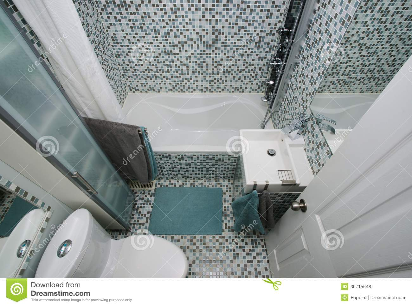 Interior pequeno moderno do banheiro. Telhas de mosaico. Espaço  #737E4D 1300x984 Banheira Bebe Banheiro Pequeno