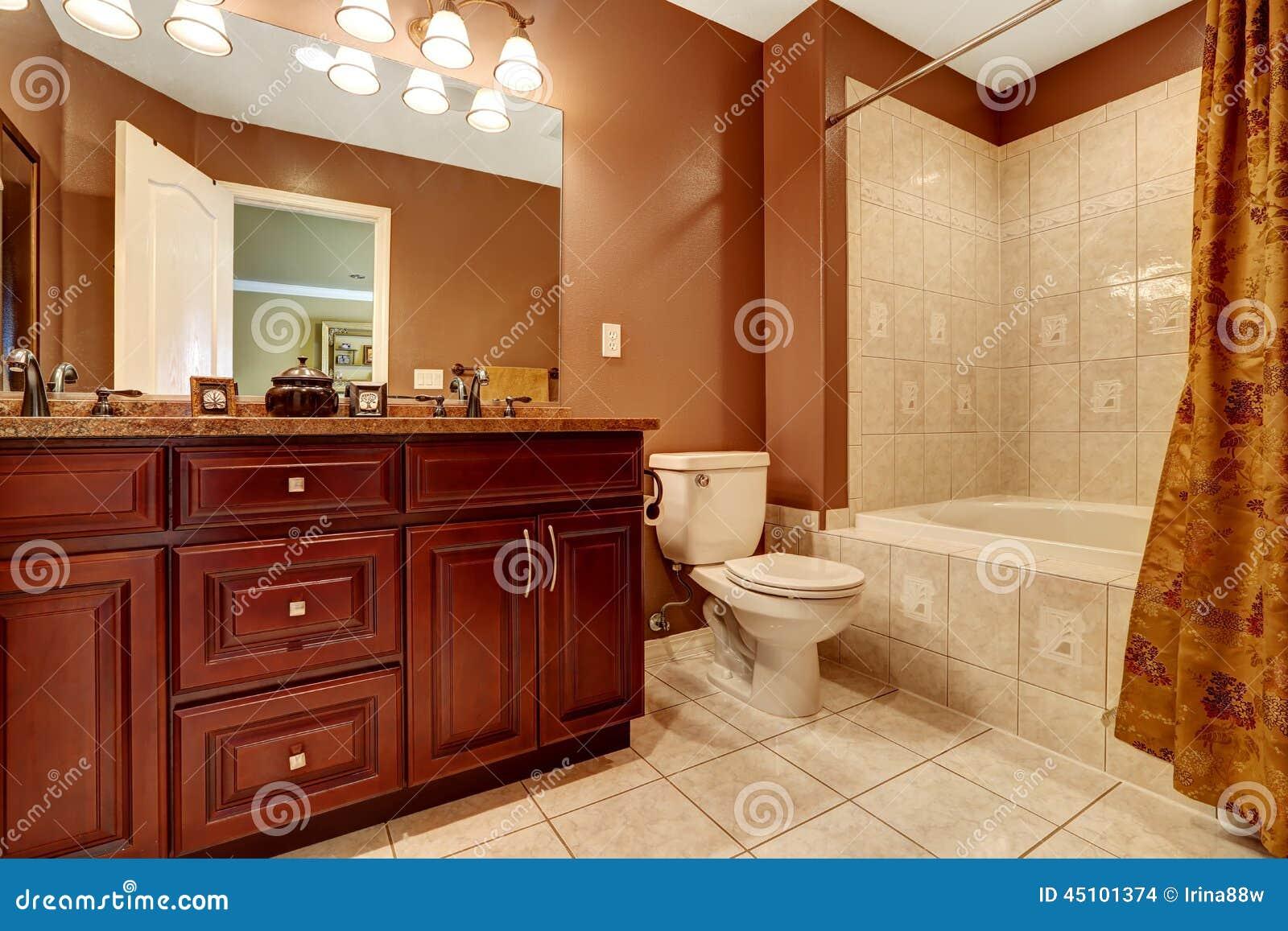 Banheiro Na Cor Marrom Com Guarnição Bege Da Telha Foto de Stock  #410C07 1300x957 Banheiro Amarelo E Bege