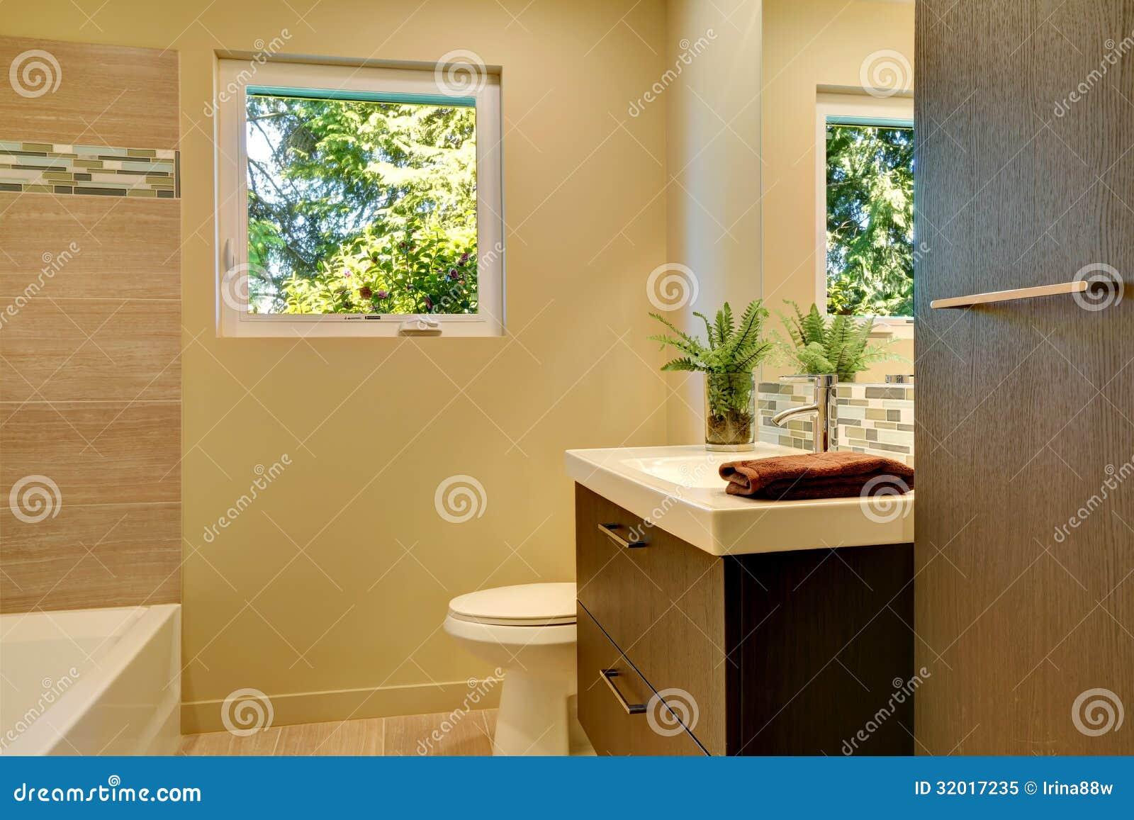 Banheiro novo moderno bege com os armários e a cuba de madeira  #1D1206 1300x957 Banheiro Branco Bege