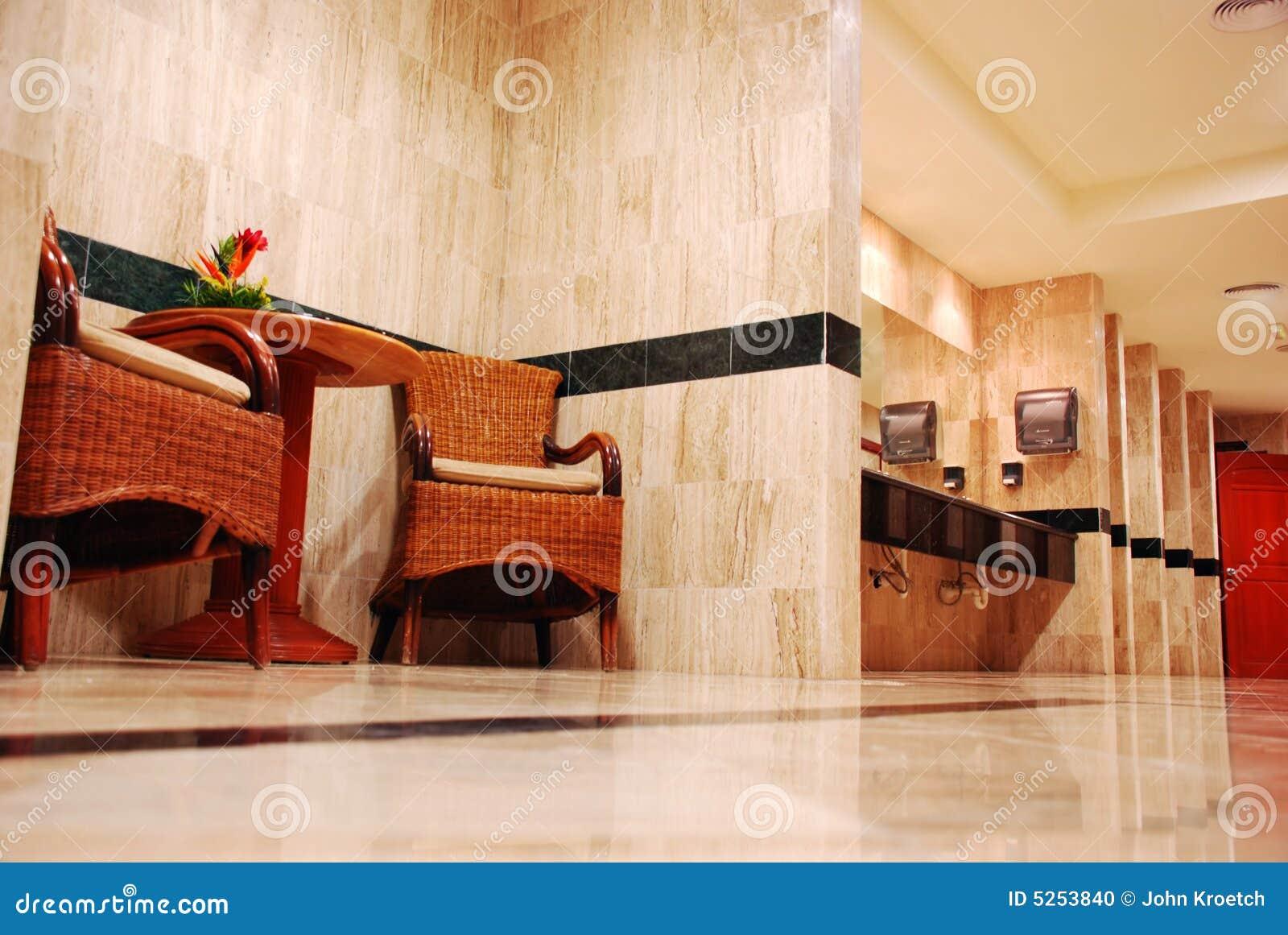Um banheiro público de mármore completo com as cadeiras de vime na  #B43B17 1300 960