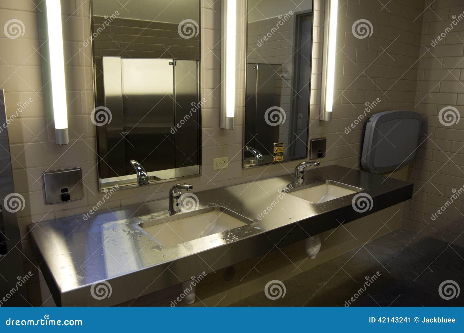 Banheiro Público Foto de Stock Imagem: 42143241 #83A328 1300 951
