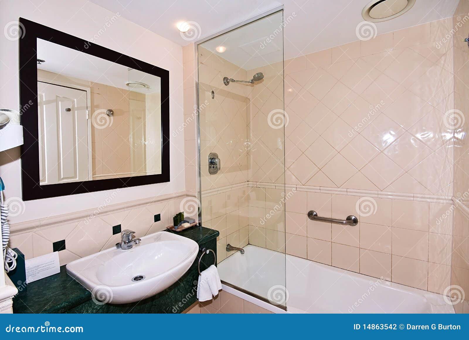 Banheiro Pequeno Fotografia de Stock Imagem: 14863542 #82A229 1300x960 Banheiro Com Banheira Pequeno