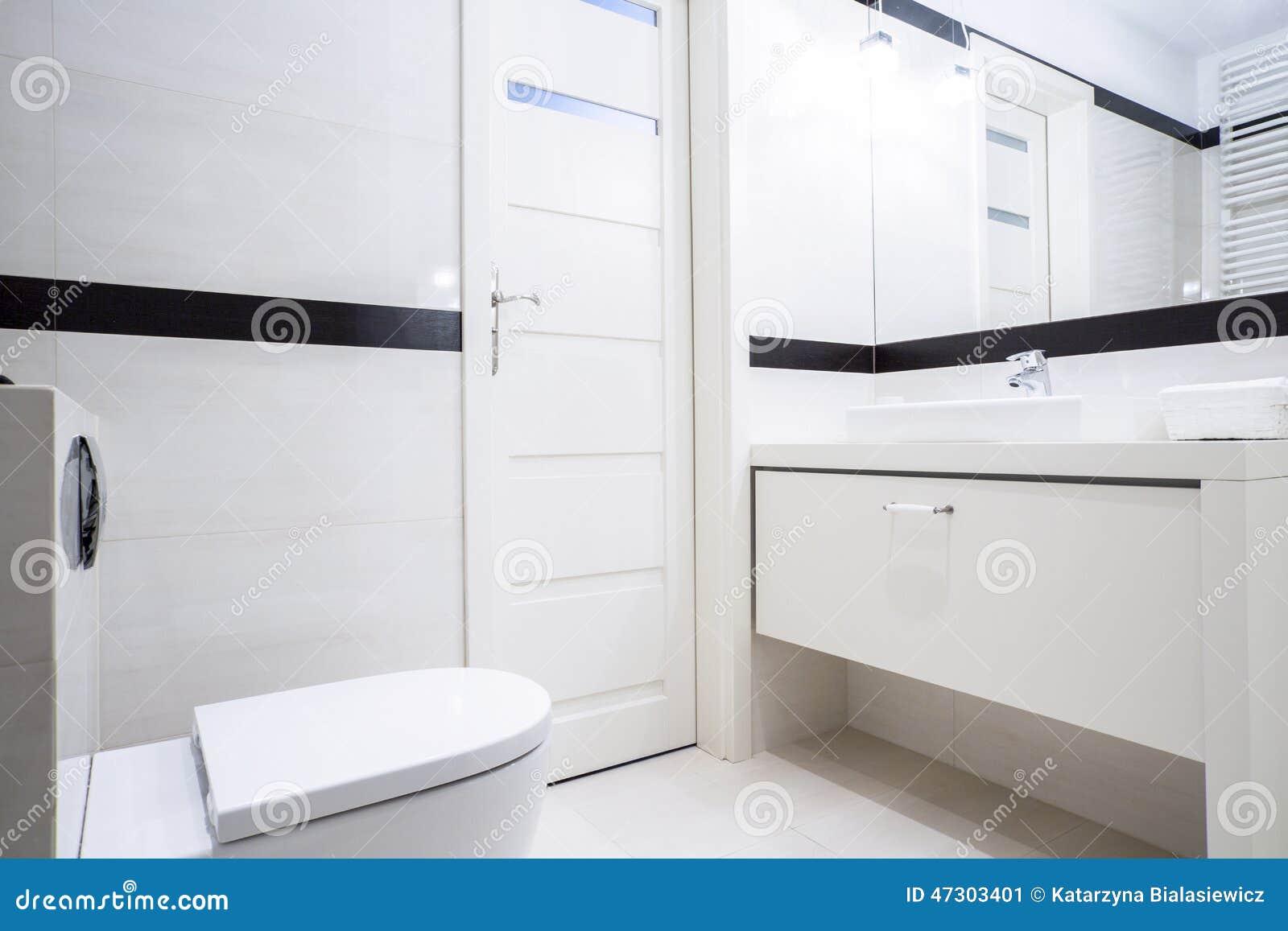 Banheiro Preto E Branco Pequeno Foto de Stock  Imagem 47303401 -> Banheiro Pequeno Simples Branco