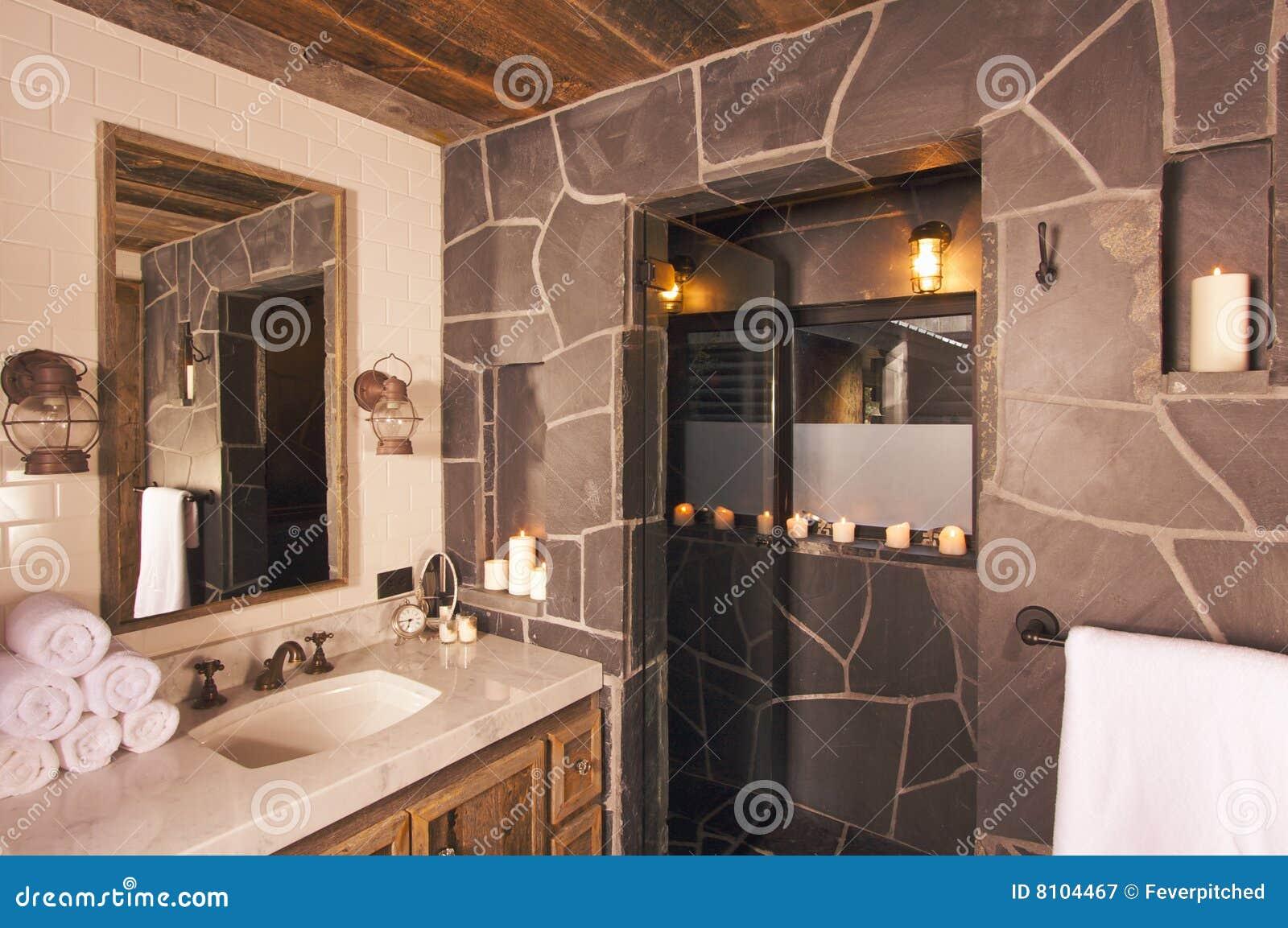 Banheiro rústico luxuoso com as lâmpadas de mineração no ajuste  #82A328 1300 954