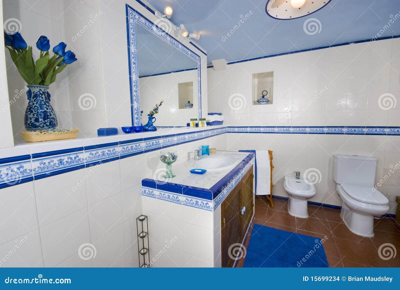 Vista de um banheiro rústico espanhol na telha azul e branca com o  #0F3B7E 1300x960 Banheiro Azul Escuro E Branco