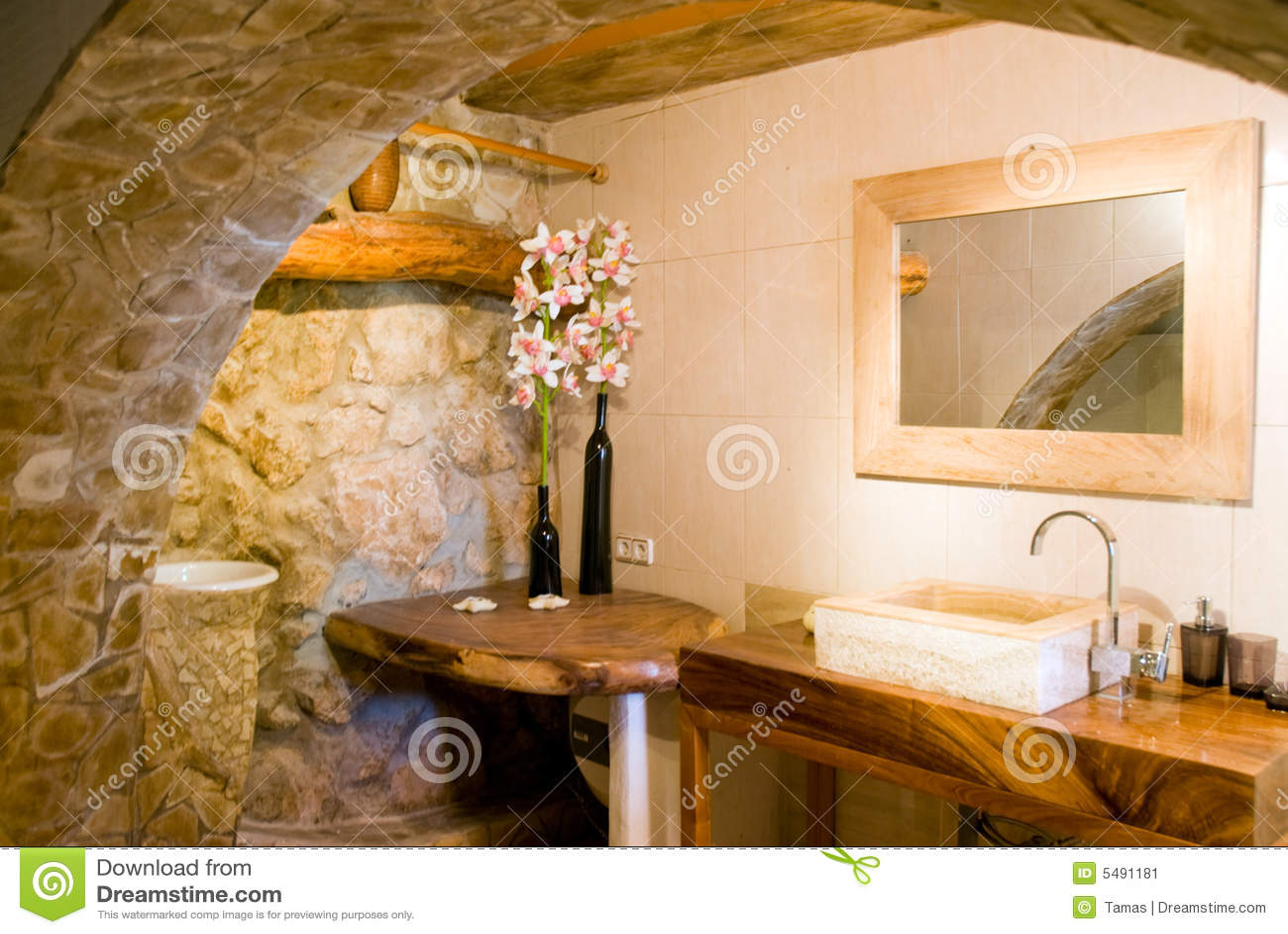 Interior de um banheiro romântico rústico no estilo espanhol. #6D460F 1300x960 Acessorios Banheiro Rustico