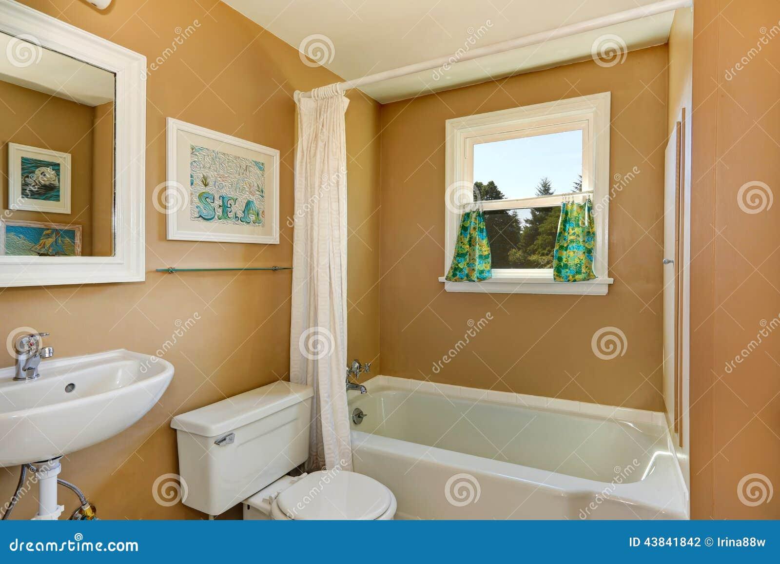 Interior simples do banheiro com janela pequena e a cortina branca do  #6F4814 1300 957