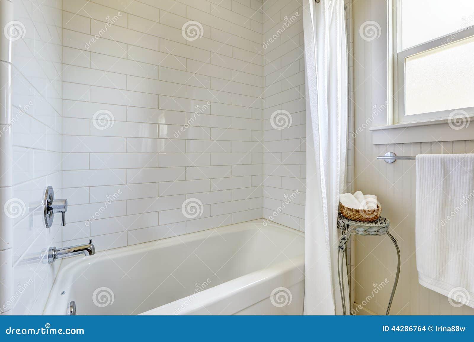 Banheiro Simples Com Guarnição E Banheira Da Parede Da Telha Foto de  #82A328 1300 957