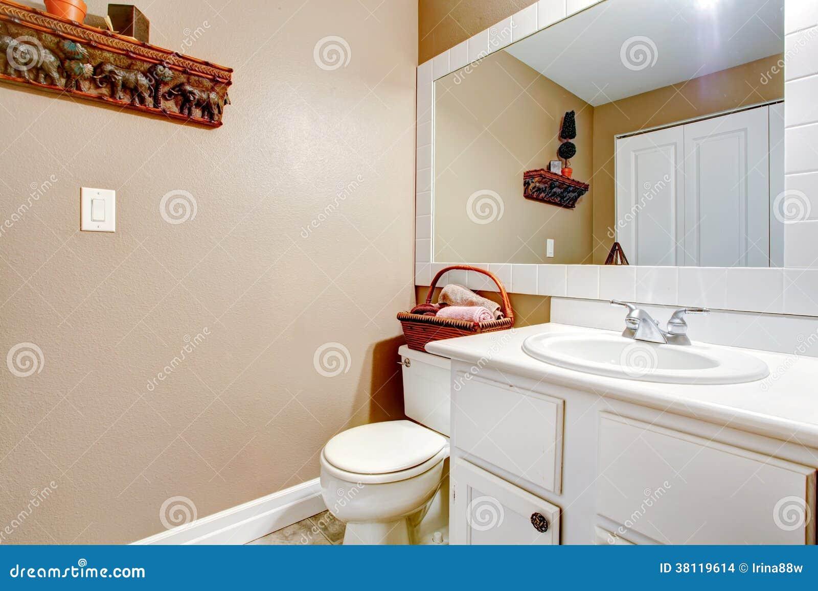 Banheiro bege da parede com a bacia de madeira branca com toalete  #763417 1300x957 Banheiro Bege Com Madeira