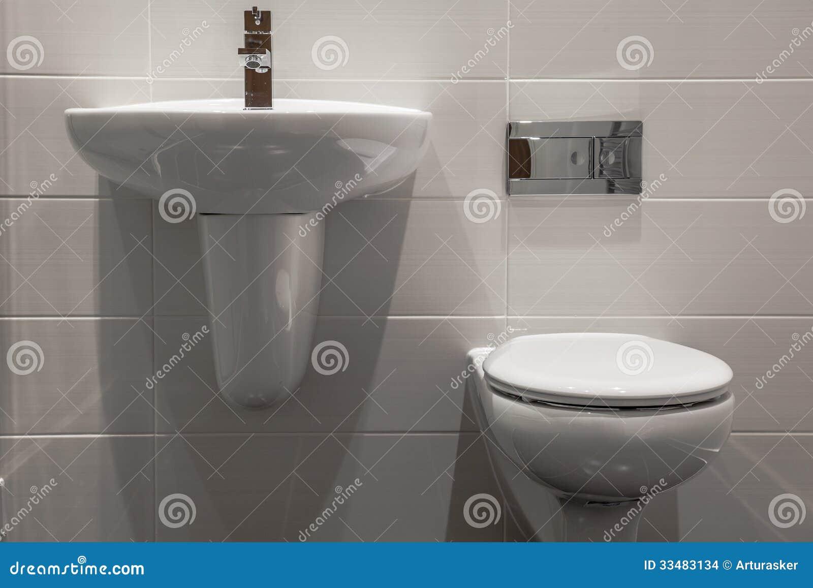 Banheiro Simples E Elegante Novo Pequeno Agradável Imagens de Stock  #85A823 1300 957