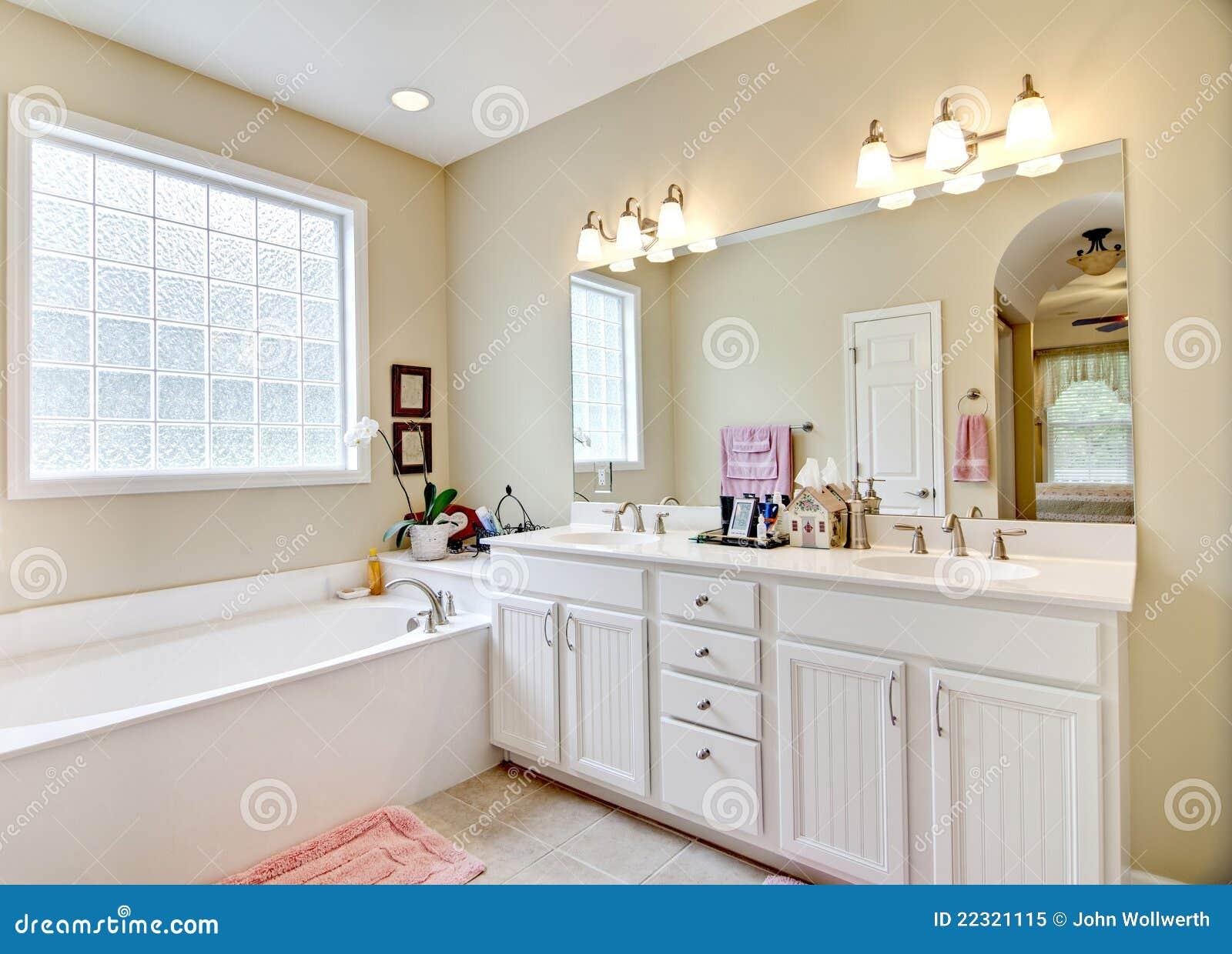 Banheiro simples elegante em branco e em bege. #83A328 1300 1024