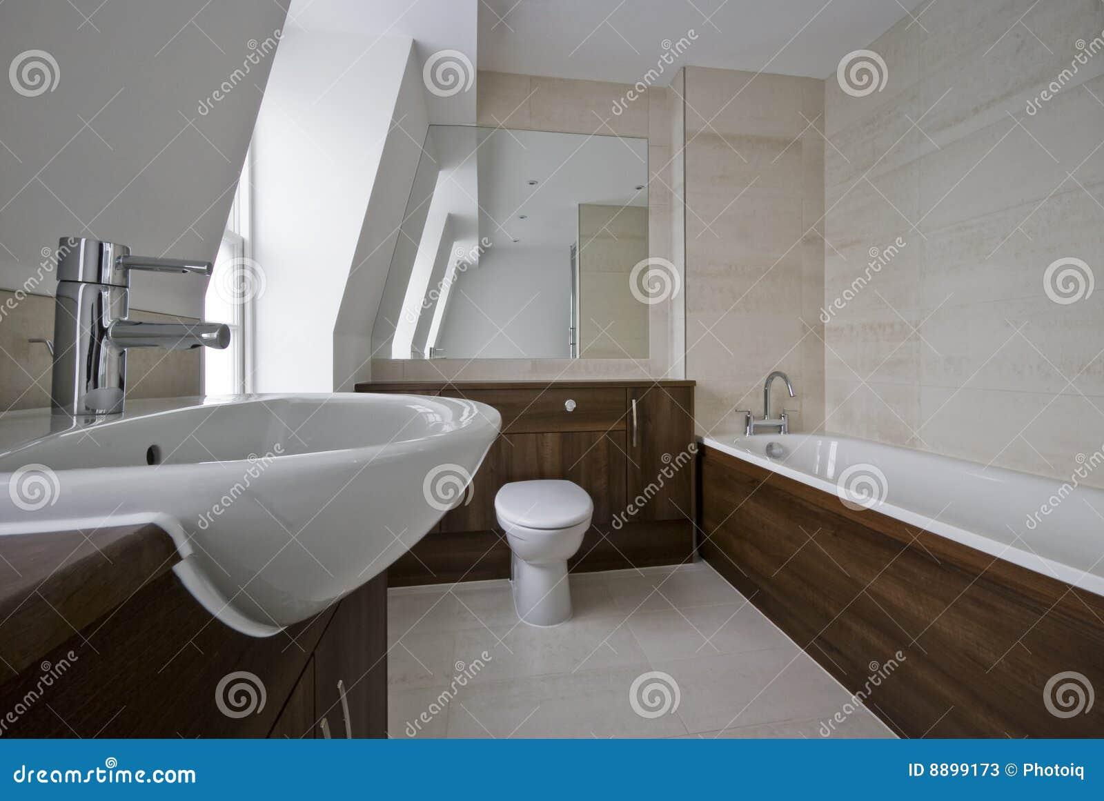 Banheiro moderno no branco com elementos de madeira e as telhas de  #82A229 1300 960