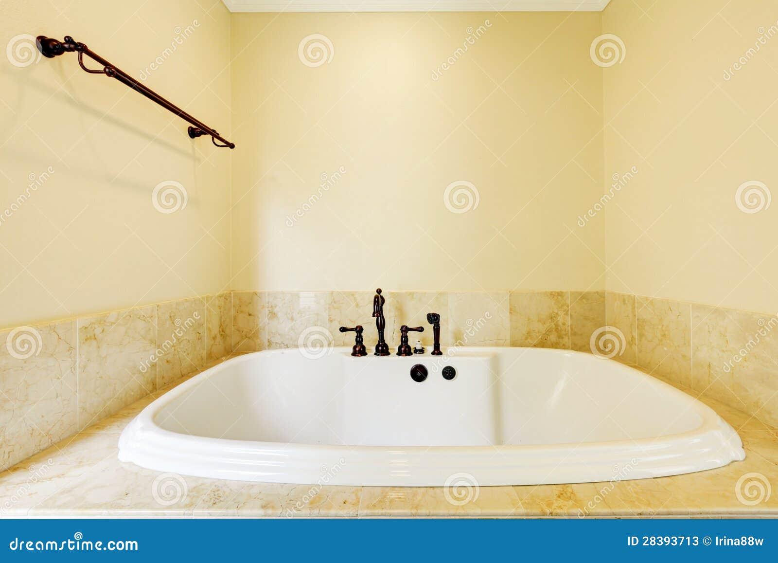 Banheiro Vazio Agradável Com A Grande Cuba Branca Fotos de Stock  #82A328 1300x957 Banheiro Bege Com Cuba Branca