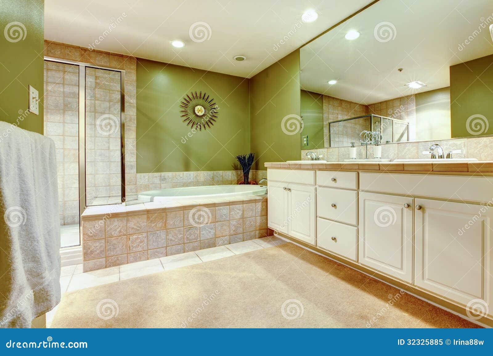 Banheiro Verde E Branco Com Dois Dissipadores Cubas E Chuveiros. Foto  #6D4610 1300x957 Banheiro Branco Com Verde