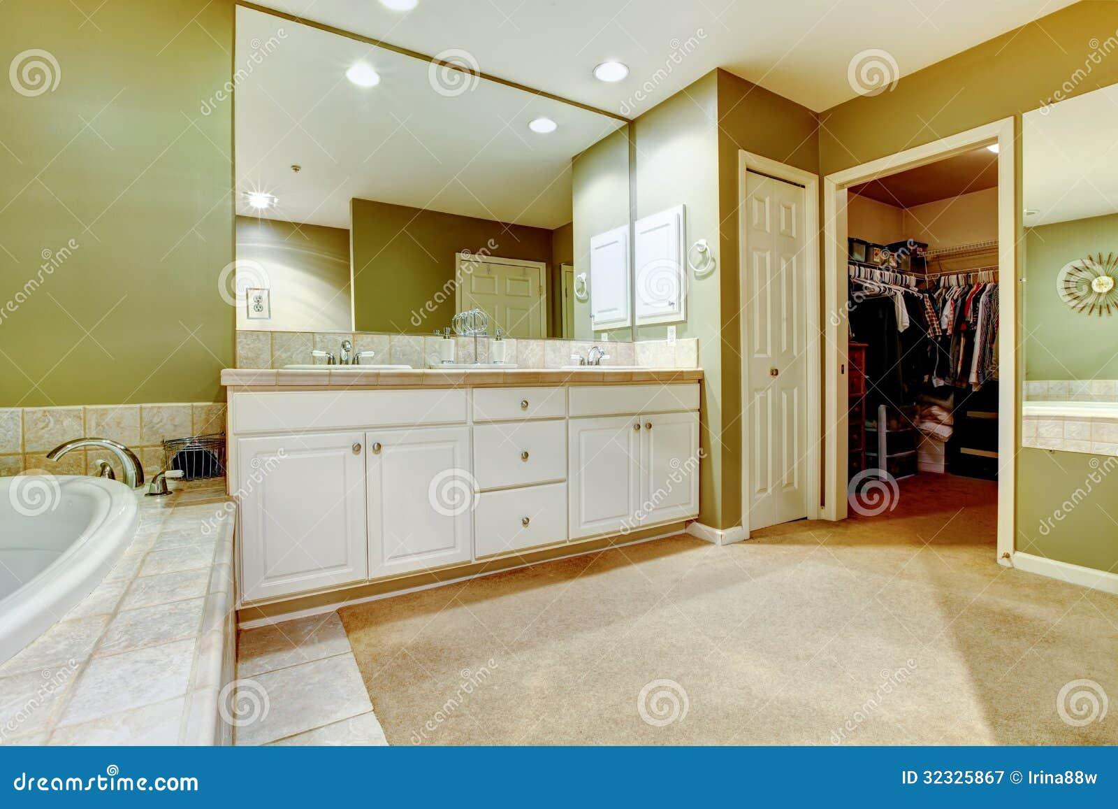 Banheiro Verde E Branco Com Dois Dissipadores E Armários. Fotografia  #6E3E0F 1300x957 Banheiro Bege Com Verde