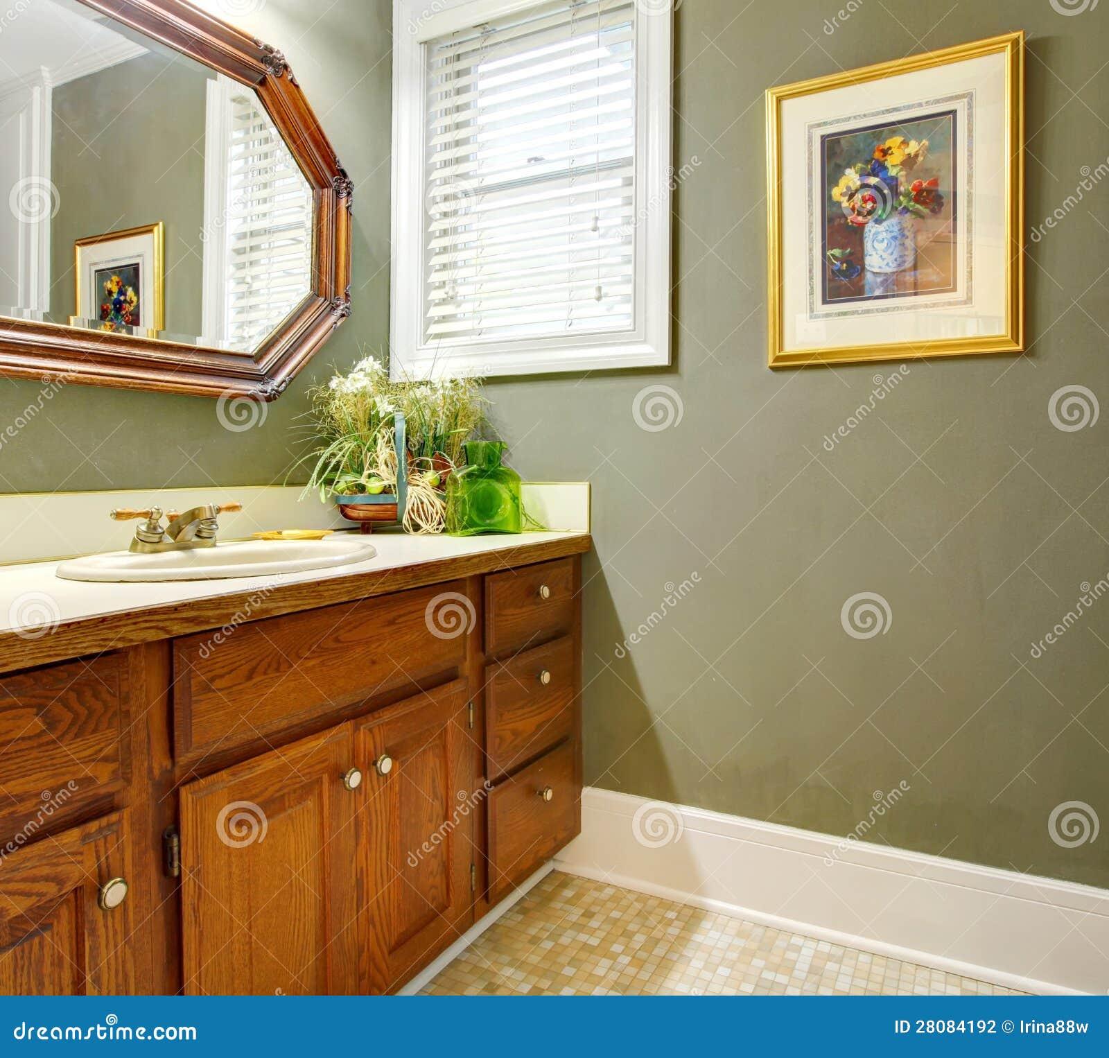 Banheiro Verde Simples Clássico Com Gabinetes De Madeira. Fotografia  #7D4010 1300 1256