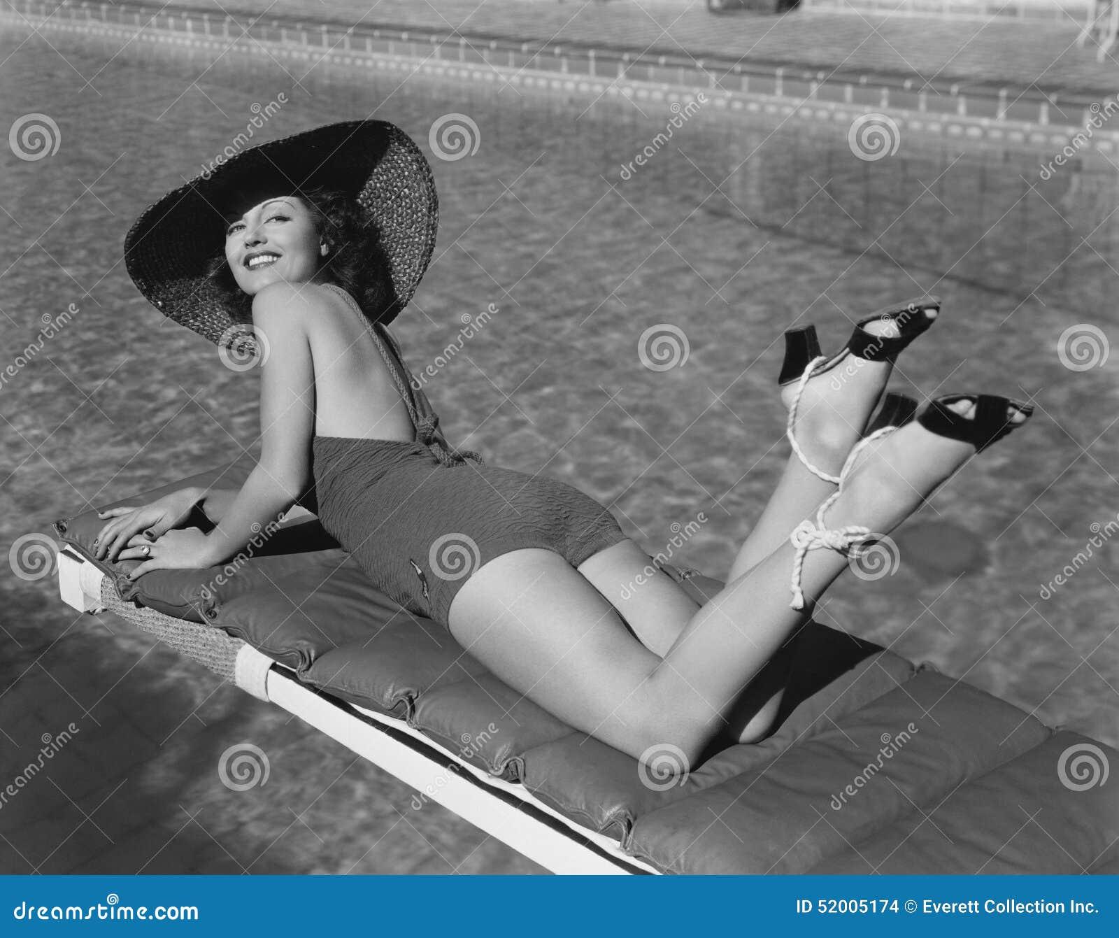 Banho de sol da mulher na associação