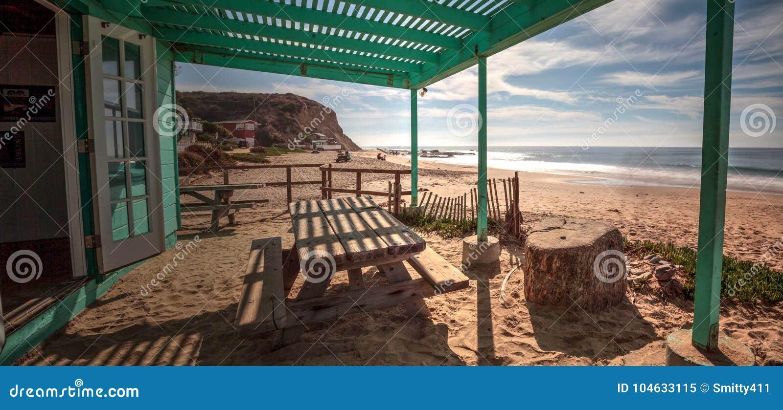 Download Bank En Picknicklijst Bij Crystal Cove State Park-strand Redactionele Afbeelding - Afbeelding bestaande uit plattelandshuisje, strand: 104633115