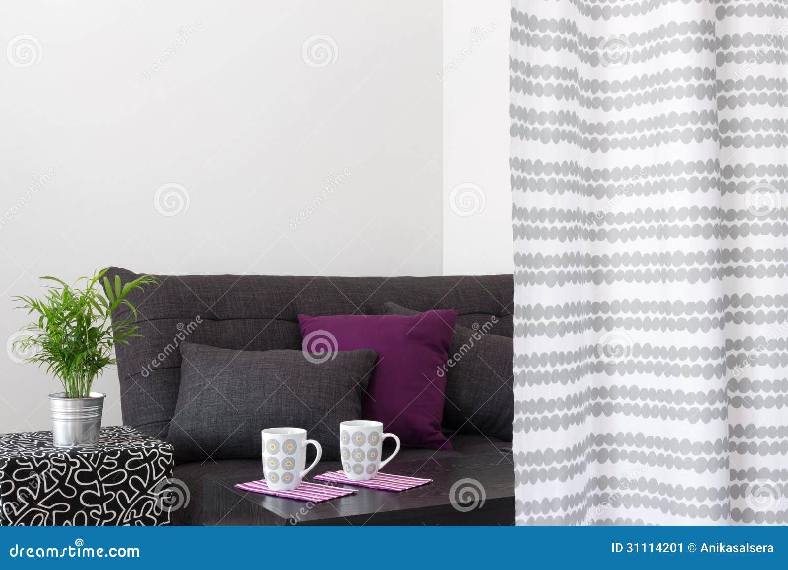 bank met heldere kussens in een woonkamer stock afbeelding, Meubels Ideeën