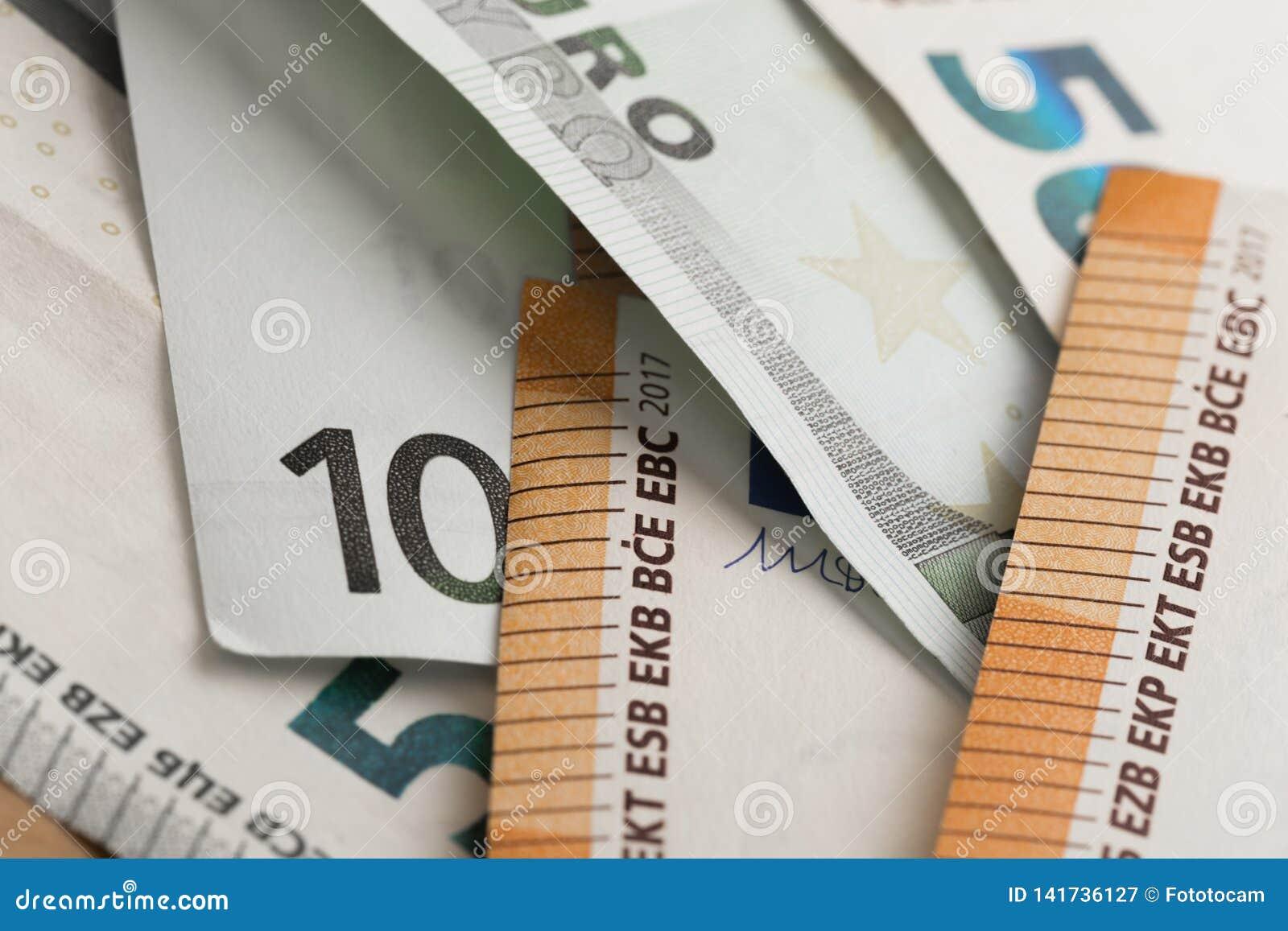 Bank repet för anmärkningen för pengar för fokus hundra för euroeuros fem Pengar i ett kuvert Europengarsedlar