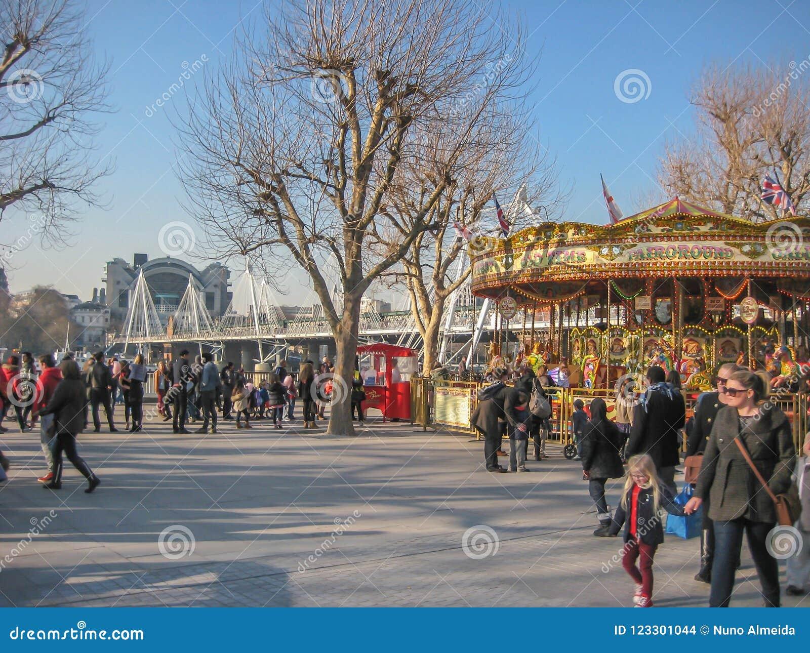 Bank Rzeczny Thames w Londyn, z ulicznymi wykonawcami i klasycznym carousel