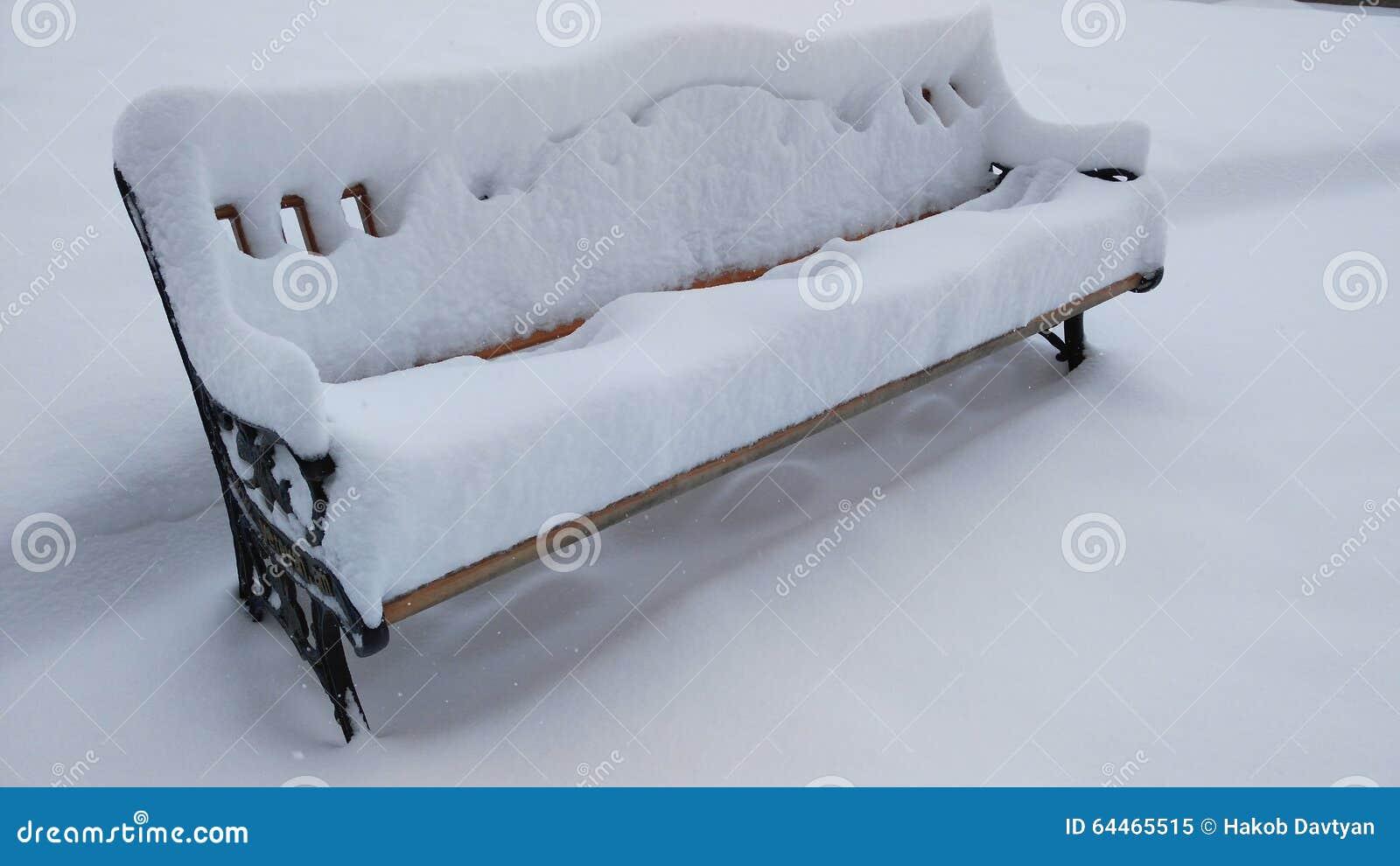 Bank und Schnee