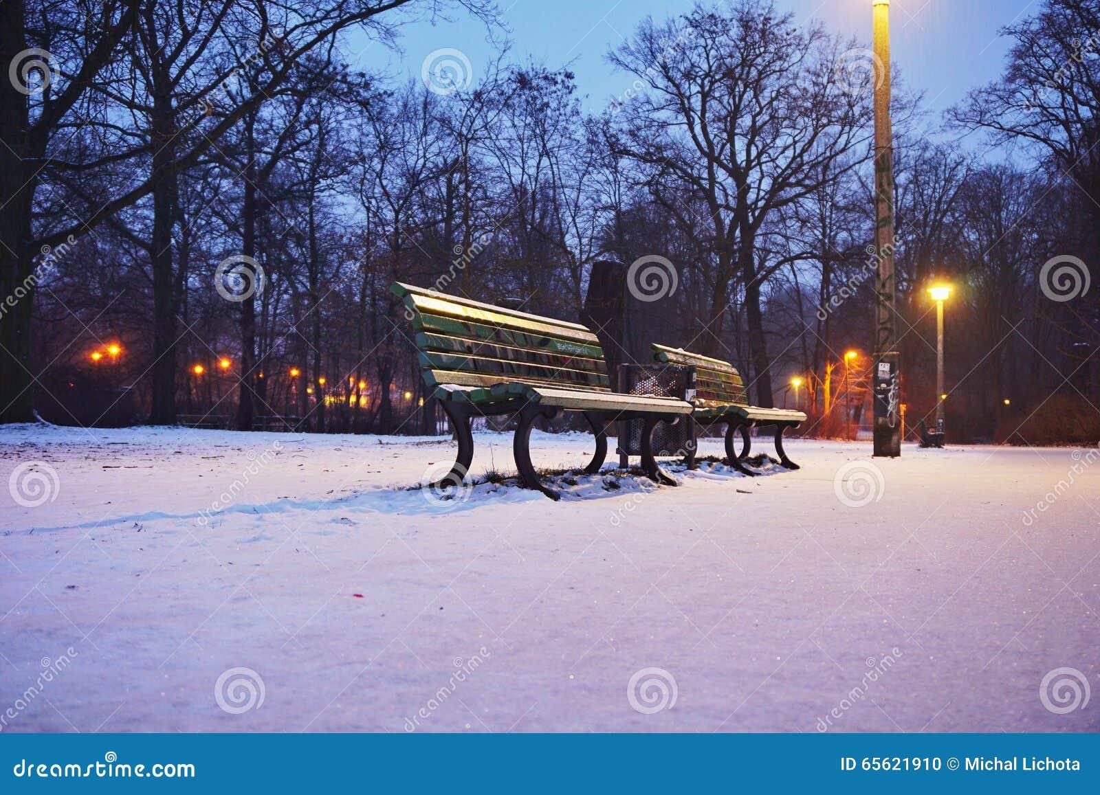 Bank w parku w zimie