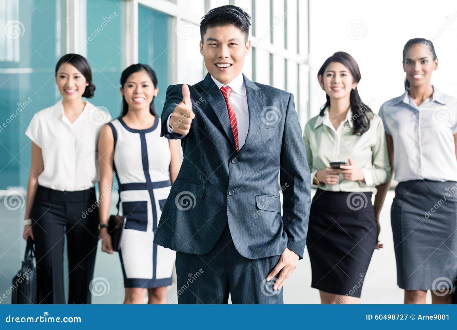 Banka personel przed biurem pokazuje aprobaty