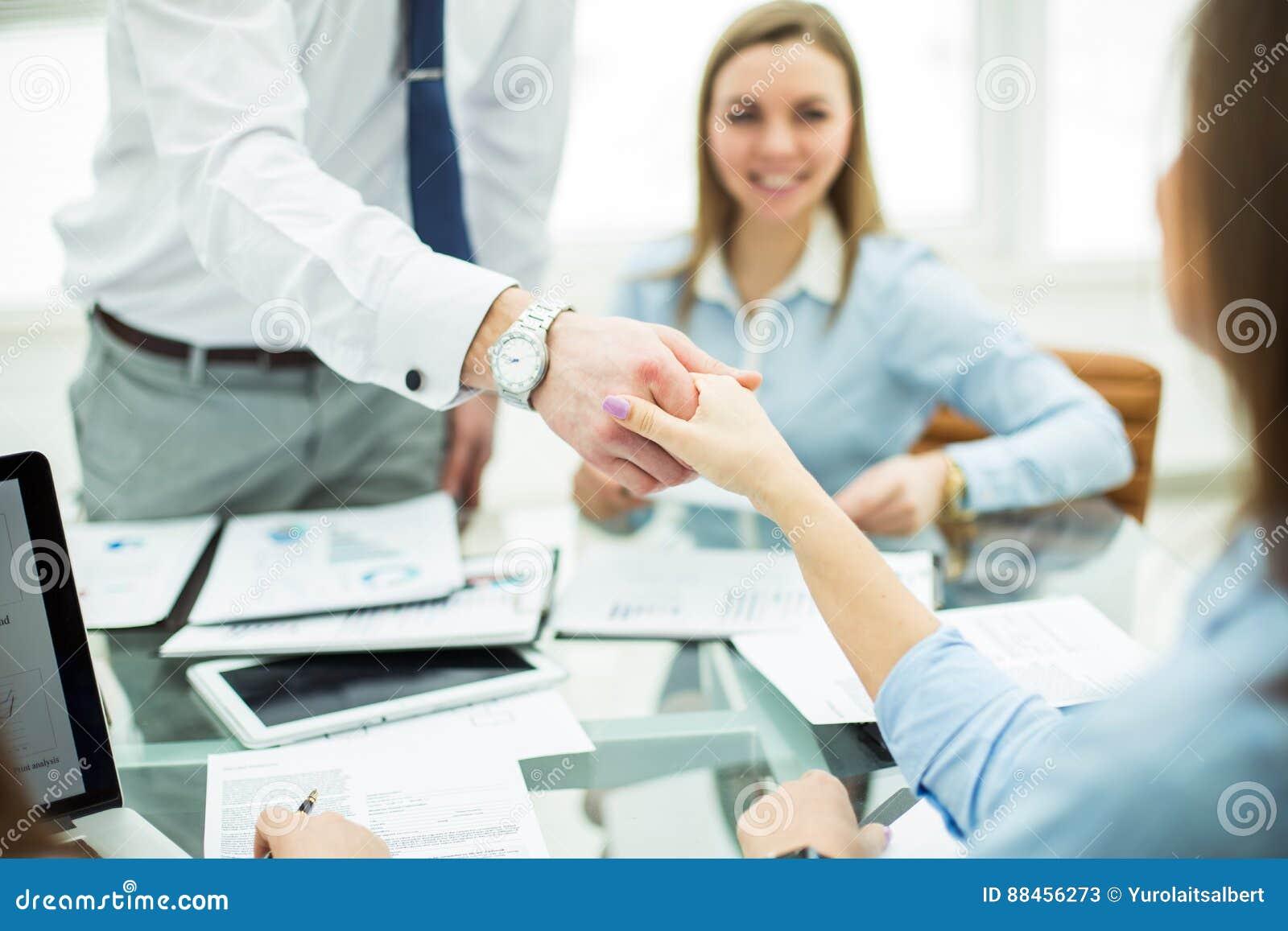 Bankdirecteur en de handen van de klantenschok na het ondertekenen van een winstgevend contract