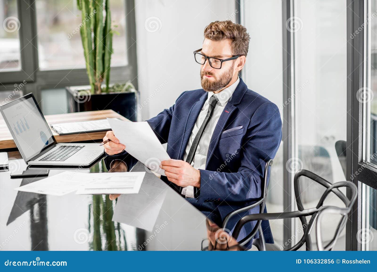 Bankier die op het kantoor werken