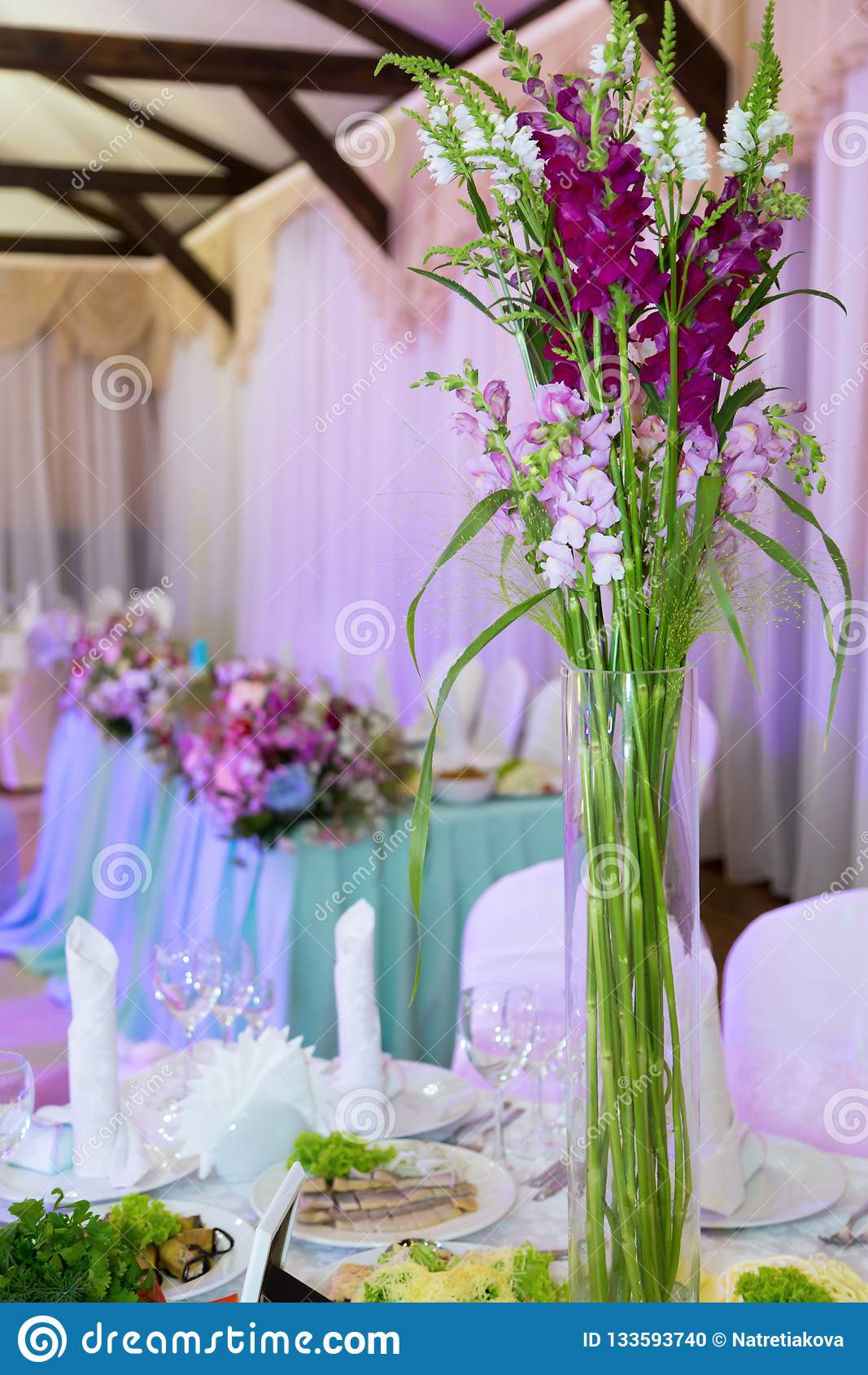 Bankiet, stoły, kwiaty, szkła