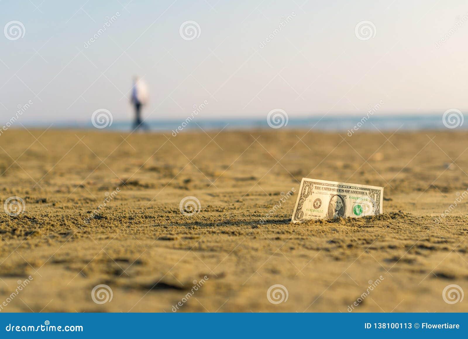 Banknot wartość jeden dolar w piasku na plaży Pojęcie tani wakacje i podróż