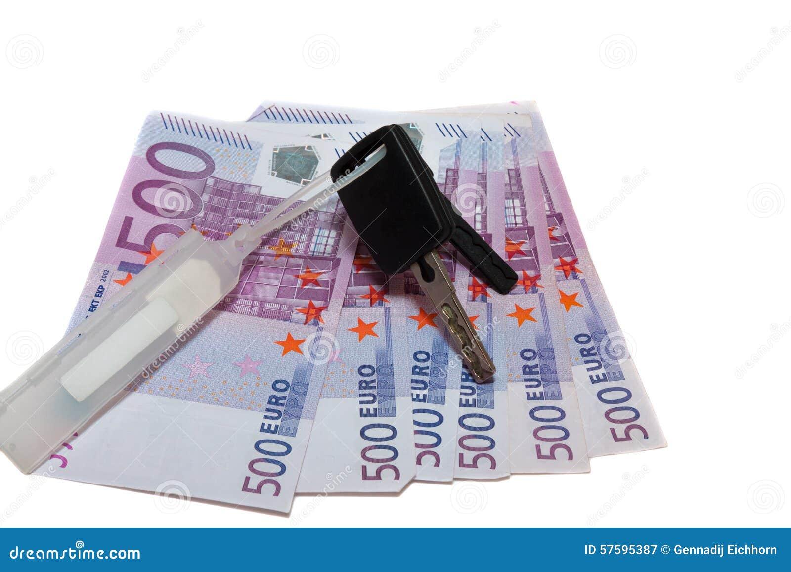 Banknoty 500 euro i samochodowych klucze