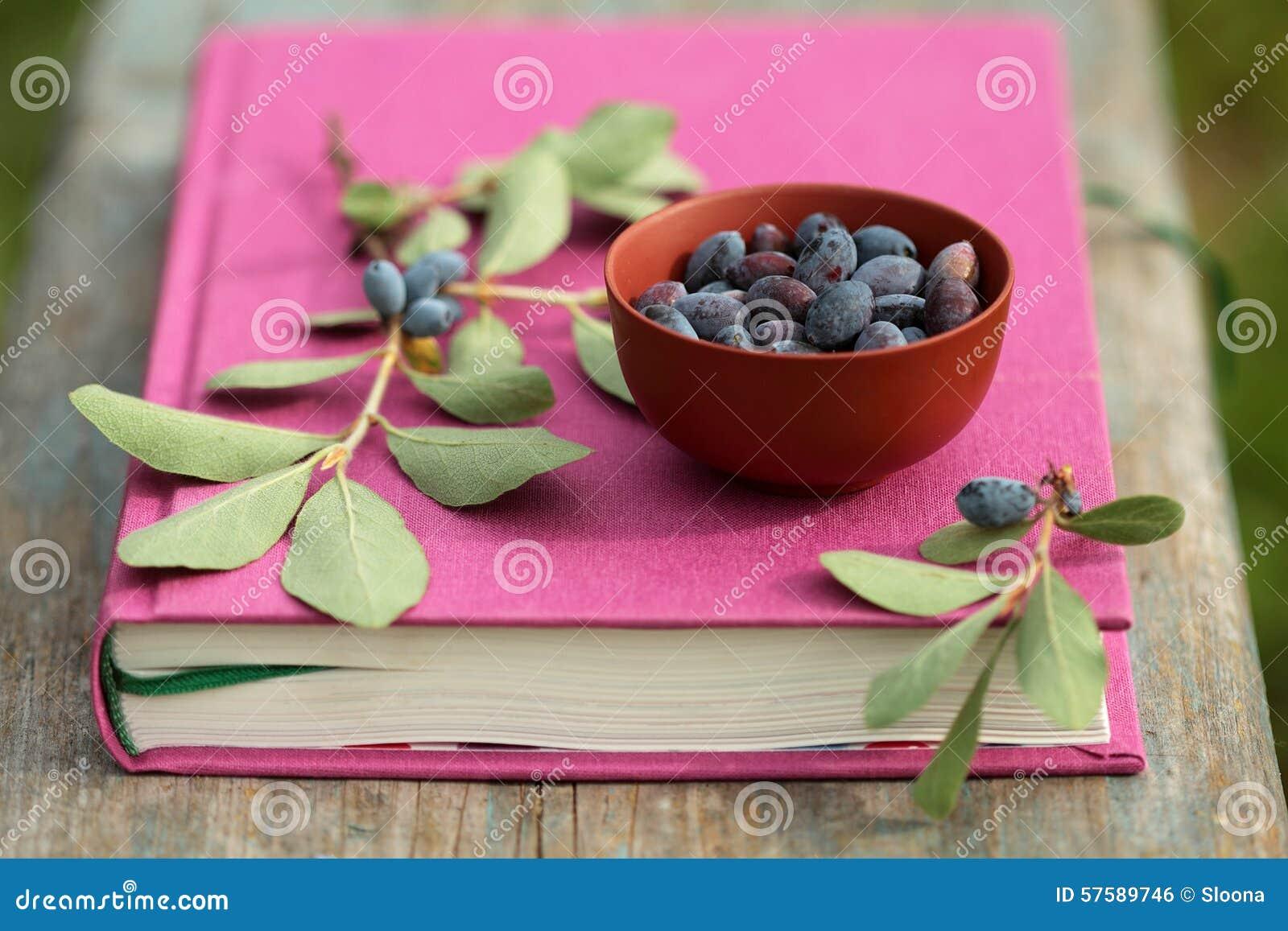 Banksj jagody w pucharze na fuksi rezerwują na drewnianej powierzchni