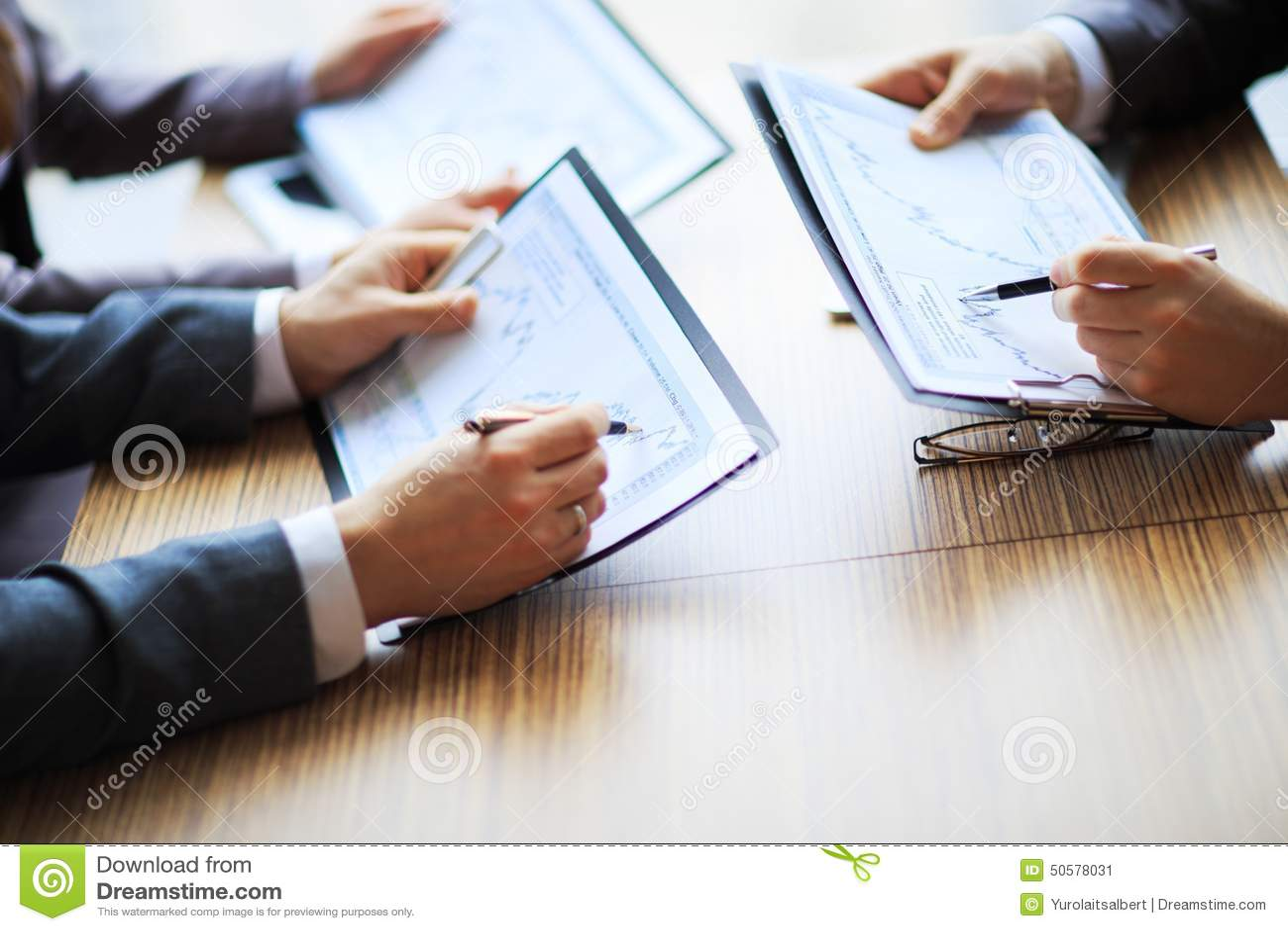 Bankzaken of financieel analist de grafieken van de Desktopboekhouding