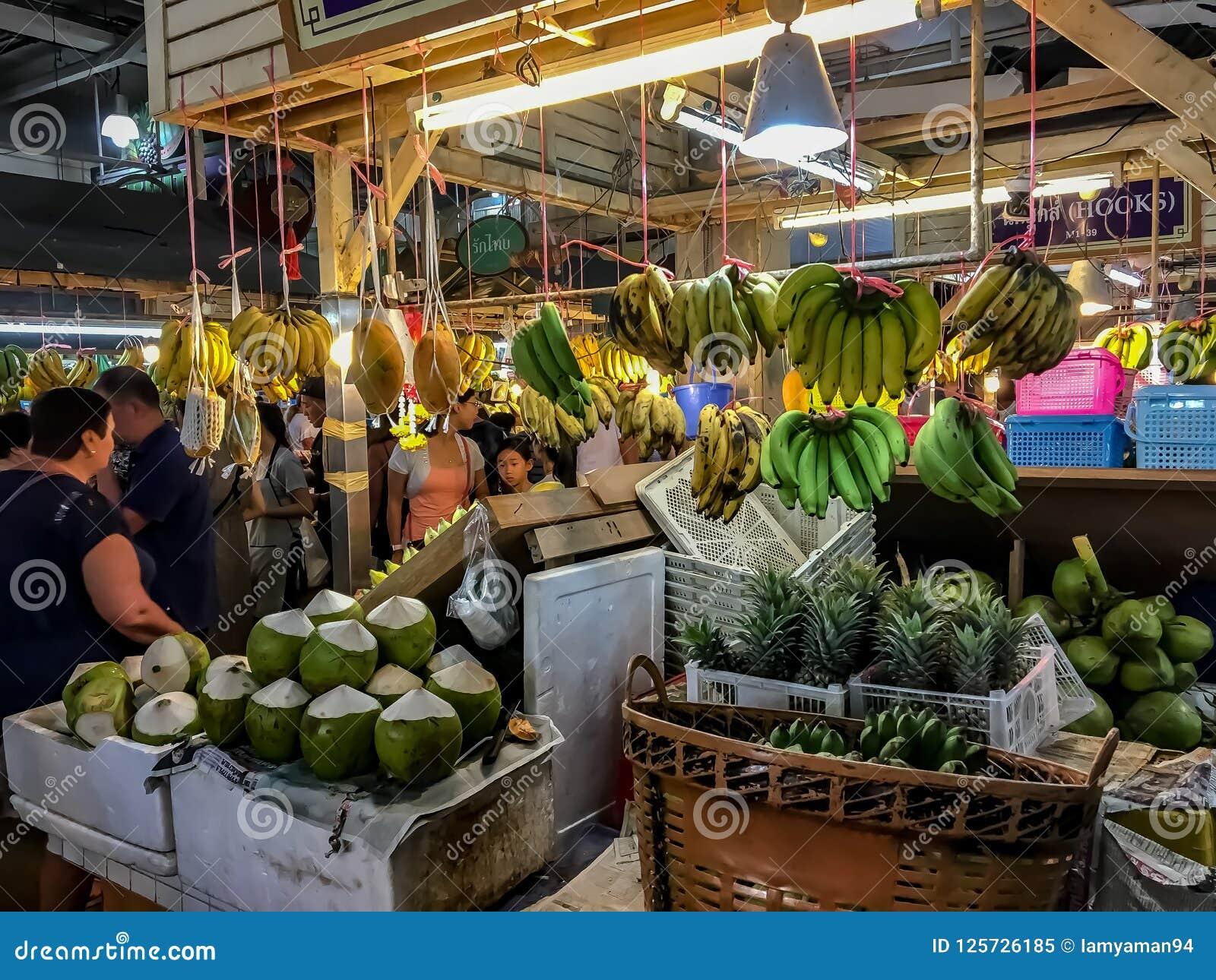 Bannanas和椰子待售在Bansaan夜市场, Patong P上