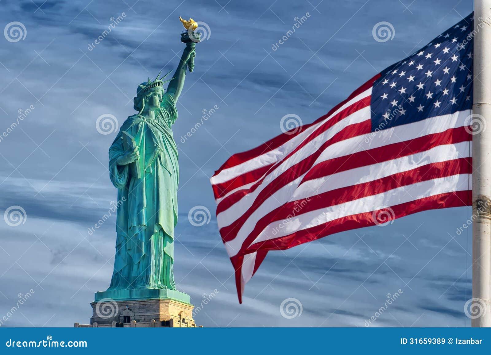 Bannière étoilée de drapeau américain des Etats-Unis sur la statue du fond de ciel bleu de liberté