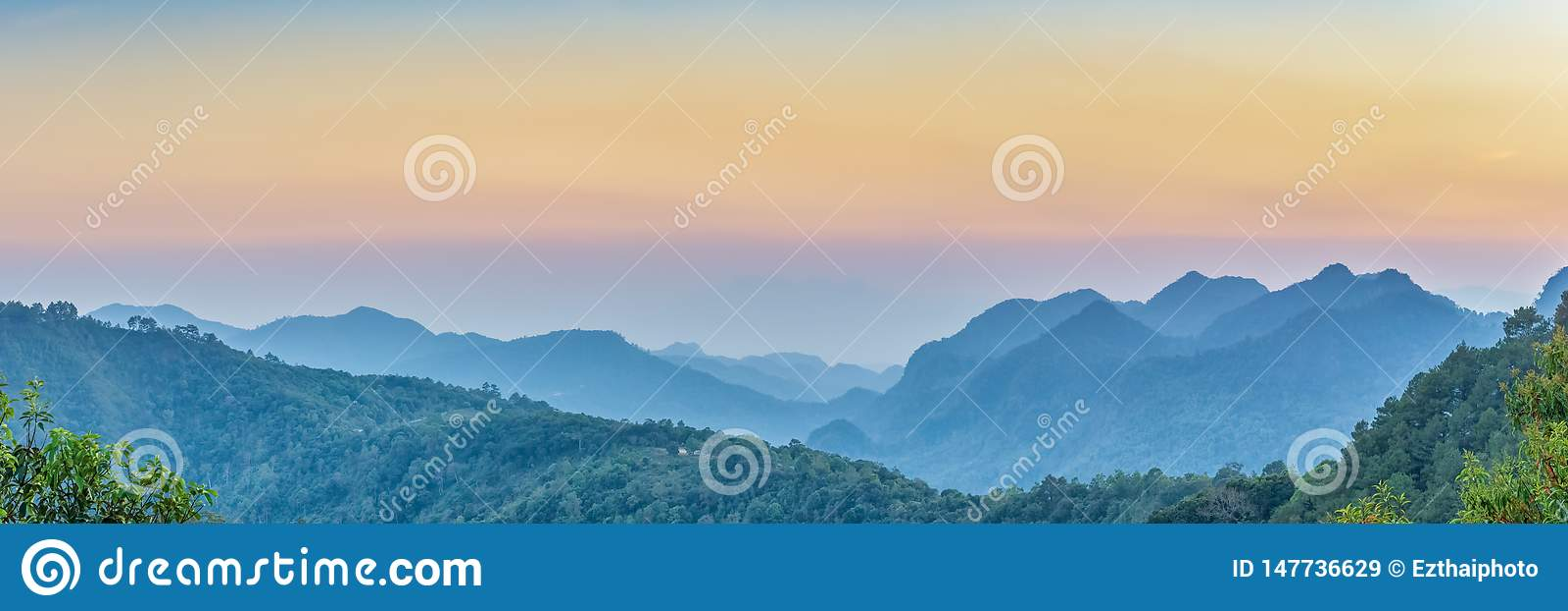 Bannière de Web de nature Vue de panorama de coucher du soleil de Mountain View des beaucoup colline et couverture verte de forêt