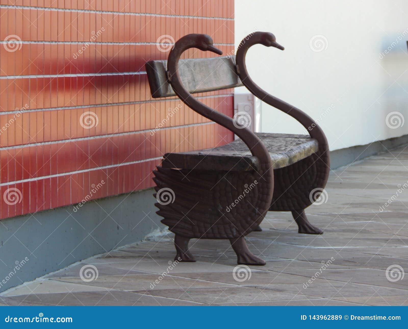 Banque faite main faite sous forme de cygnes